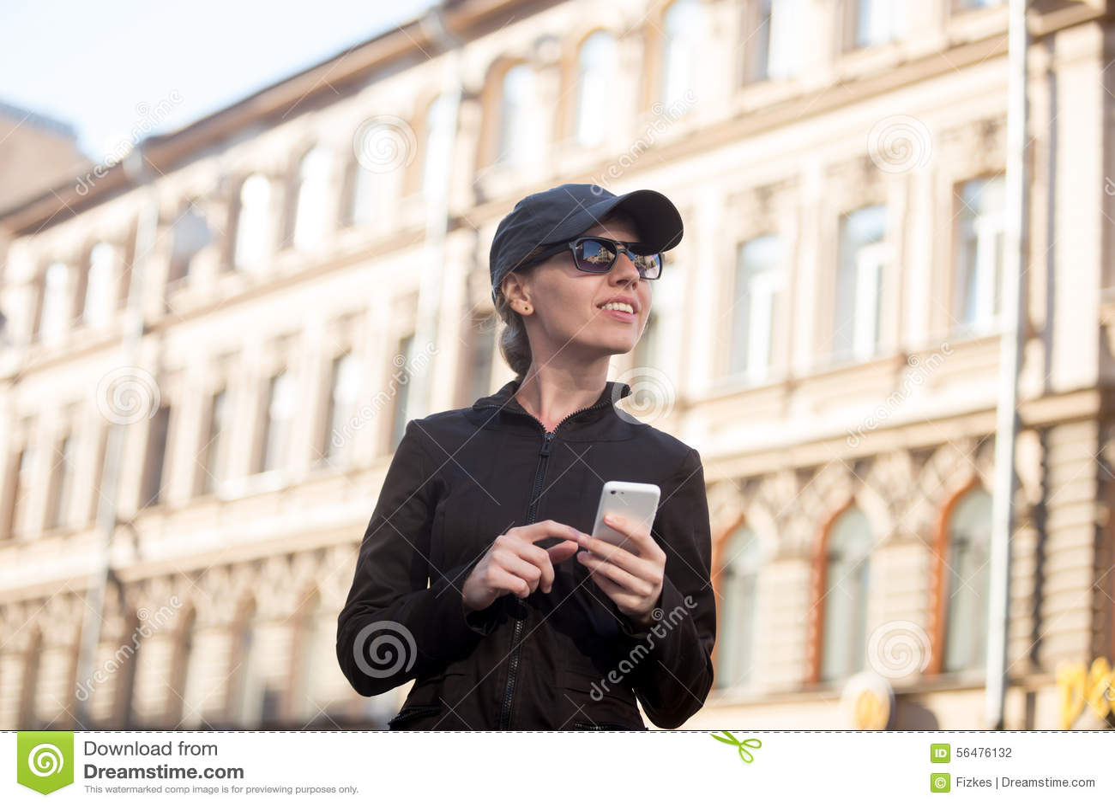 Jeune femme avec le téléphone portable dans la rue