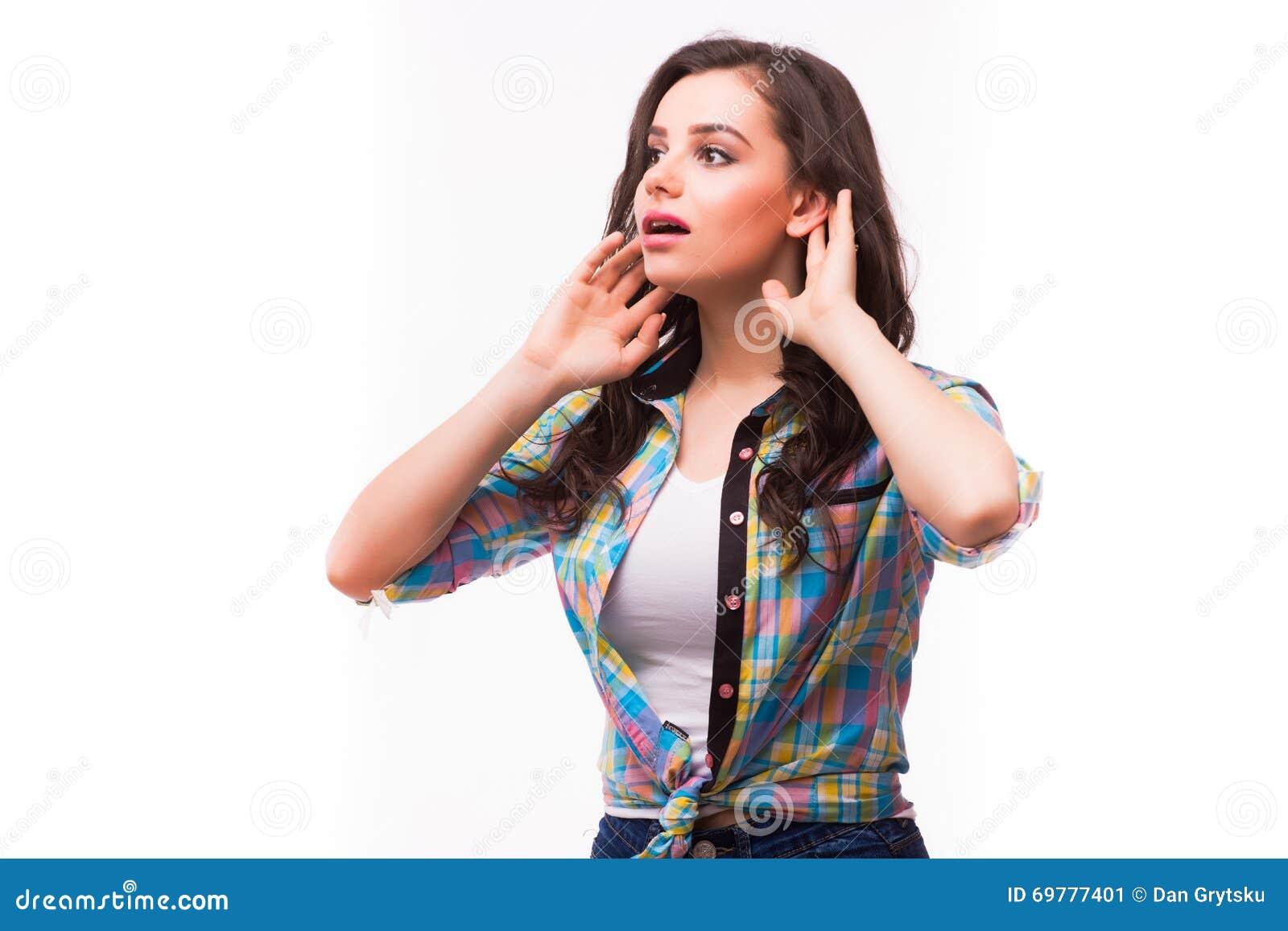 Jeune femme avec un trouble de l audition ou une perte d audition mettant en forme de tasse sa main derrière son oreille