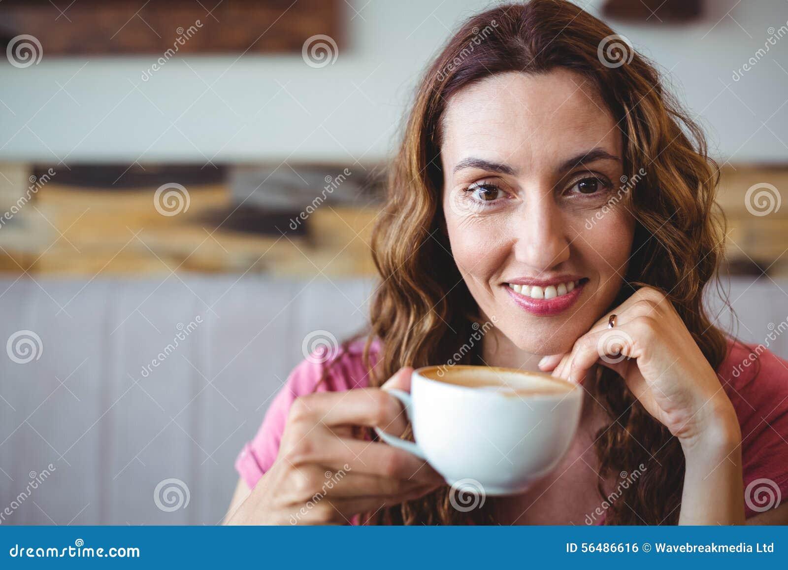 Jeune femme ayant un café