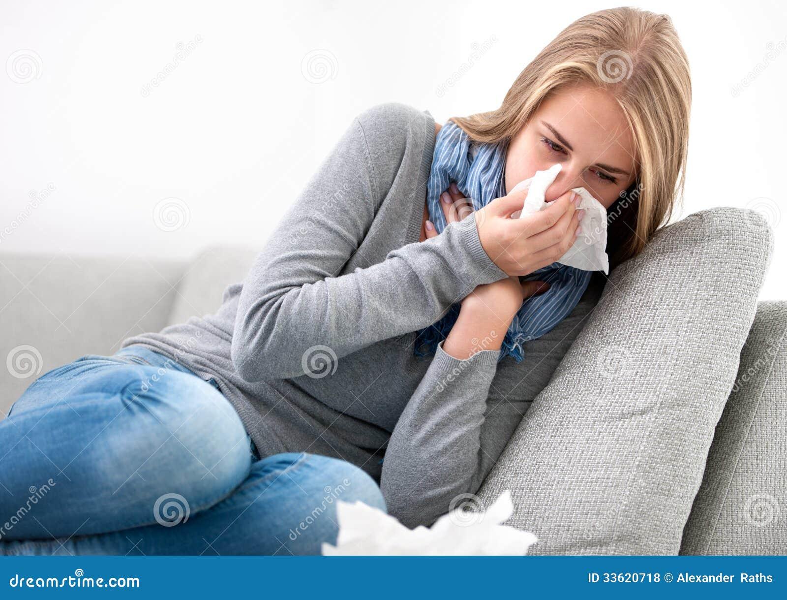 Jeune femme ayant un rhume