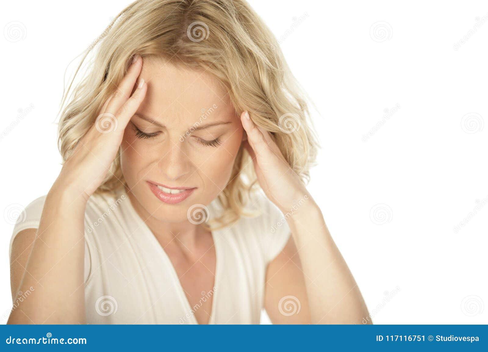Jeune femme blonde ayant le mal de tête