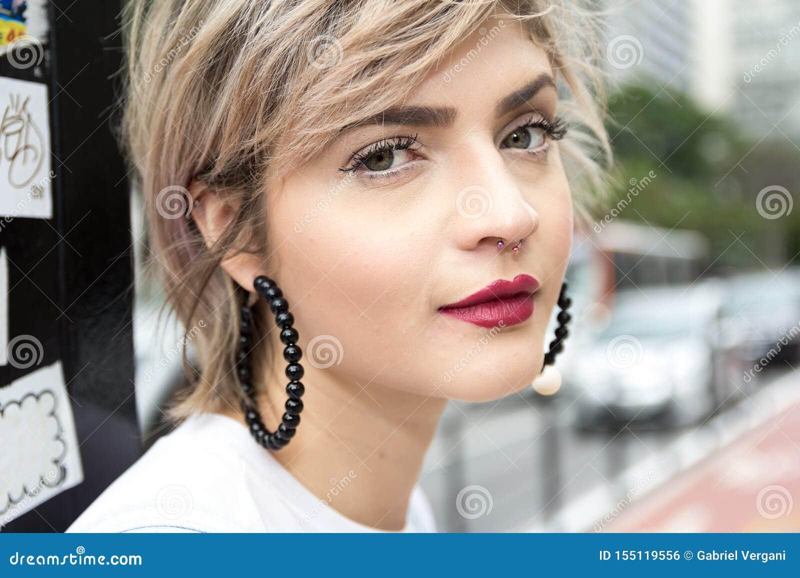 Jeune femme blonde dans la ville