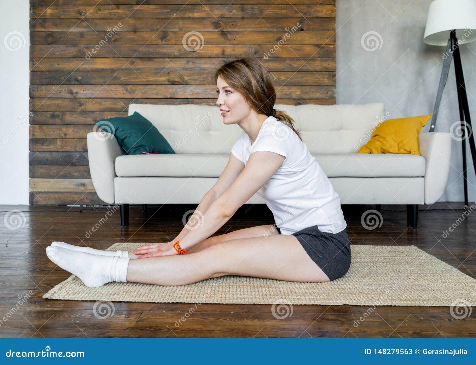 Jeune femme blonde faisant ?tirant des exercices de yoga ? la maison Style de vie sain