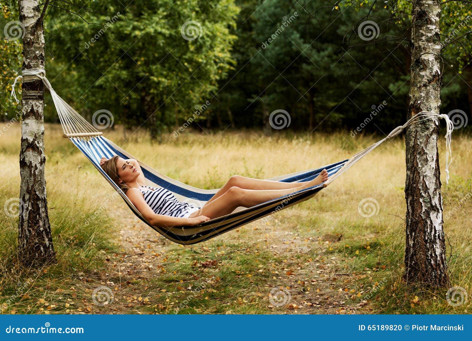 download jeune femme blonde se reposant sur lhamac photo stock image du extrieur - Hamac Exterieur