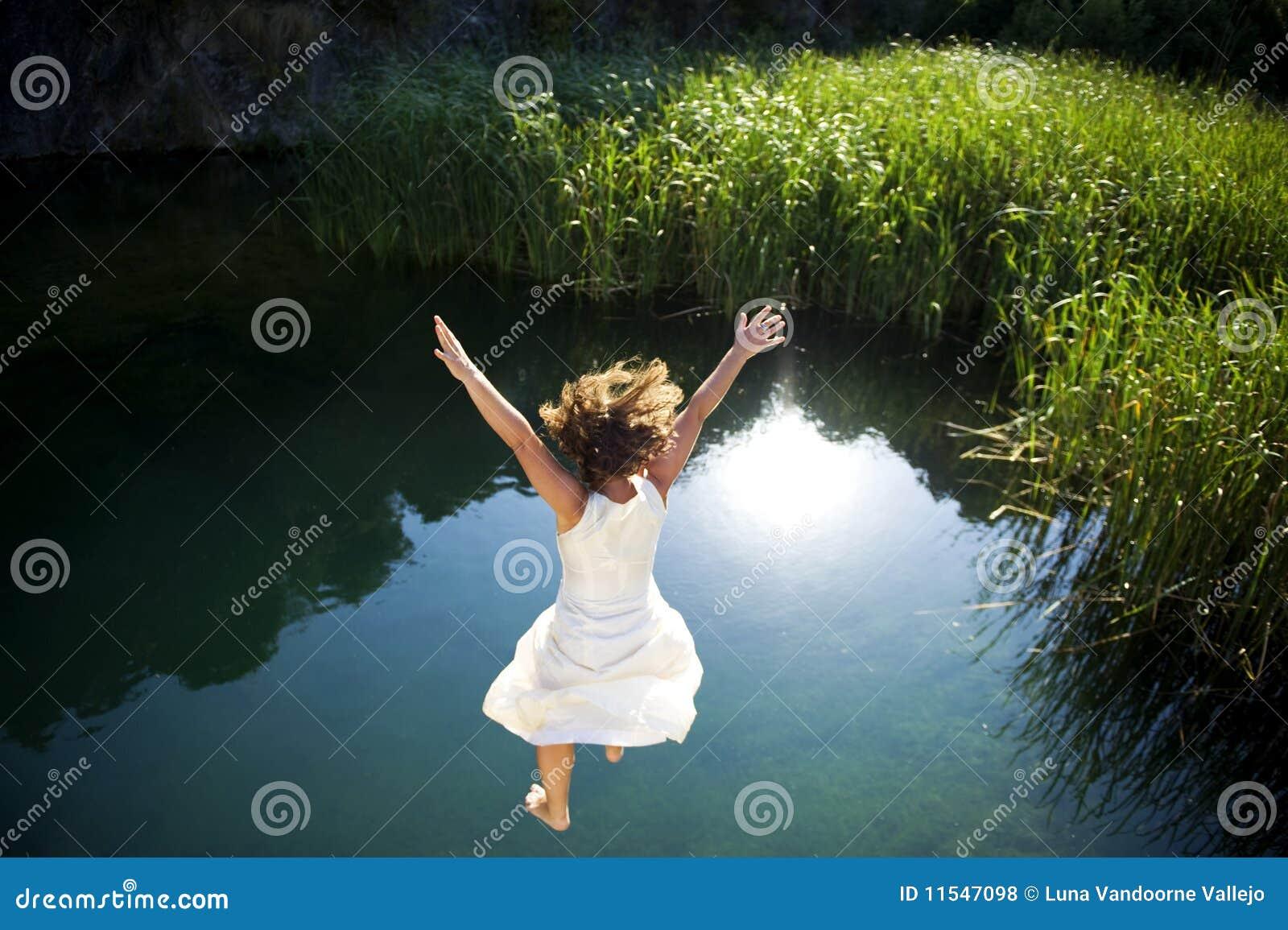 Jeune femme branchant dans l eau