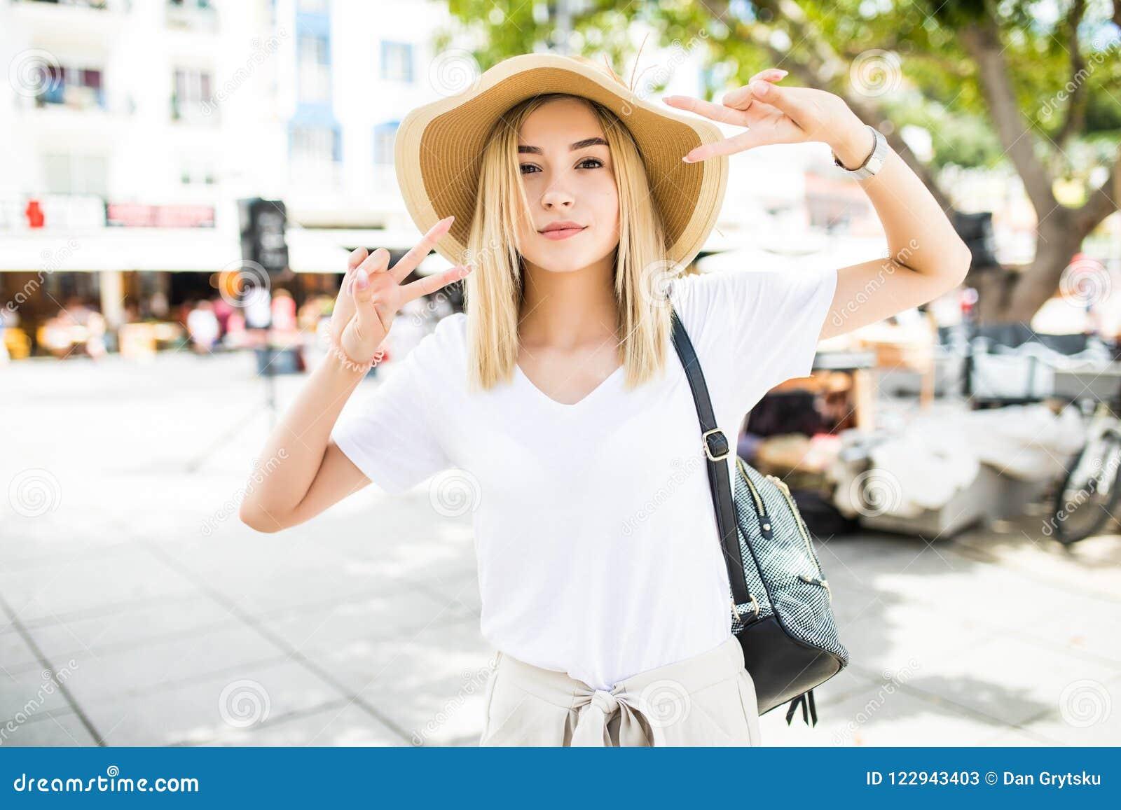 Jeune femme brauty dans le chapeau d été sur les rues