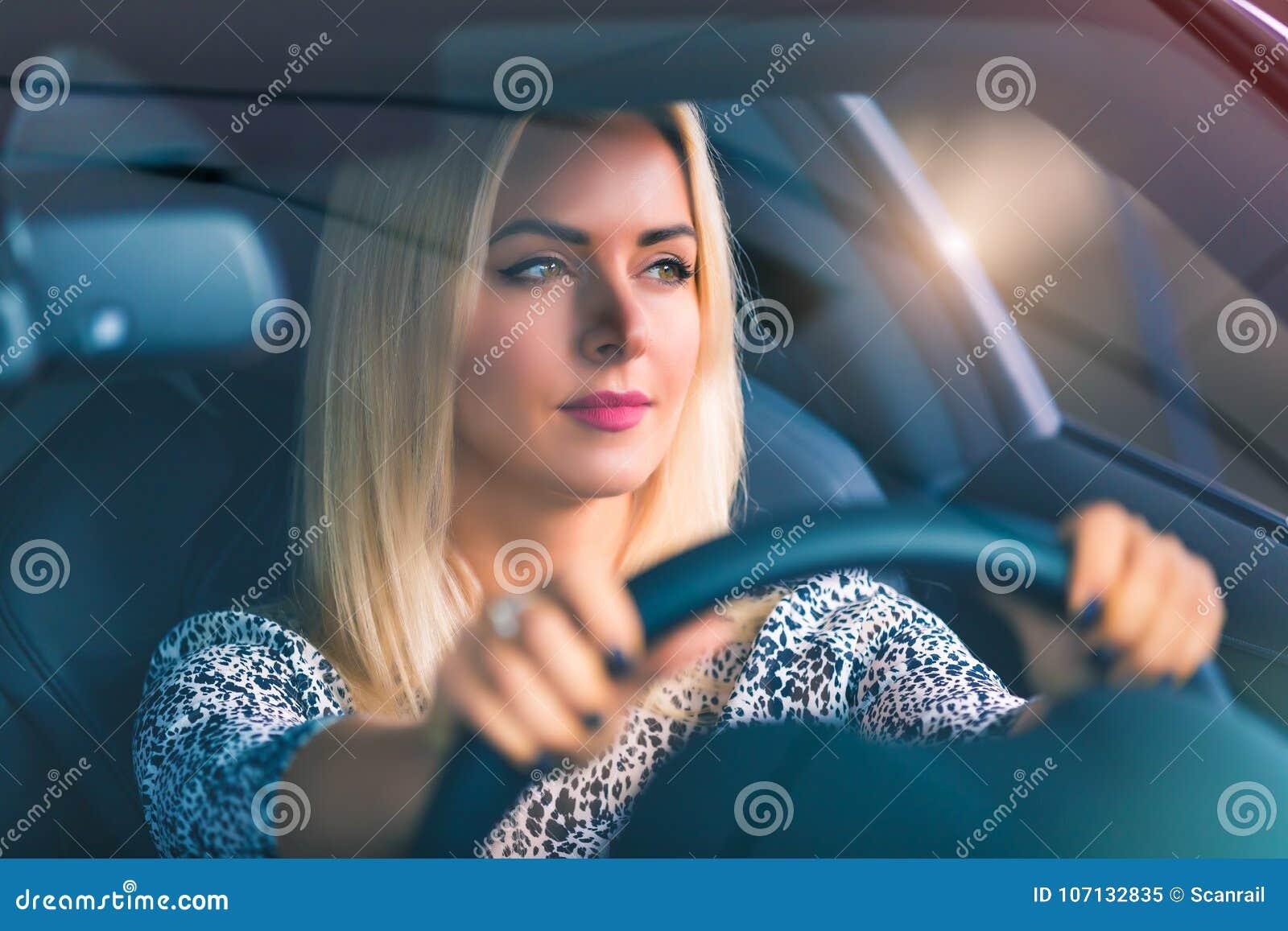 Jeune femme conduisant un véhicule