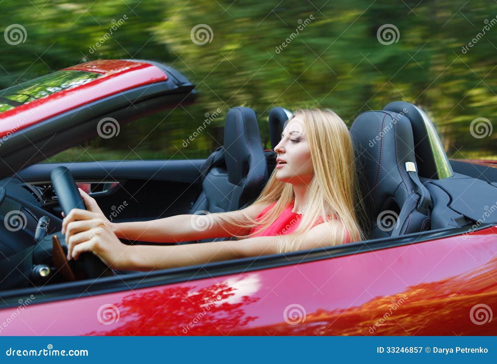 jeune femme conduisant une voiture de sport image stock image du amusement baisse 33246857. Black Bedroom Furniture Sets. Home Design Ideas