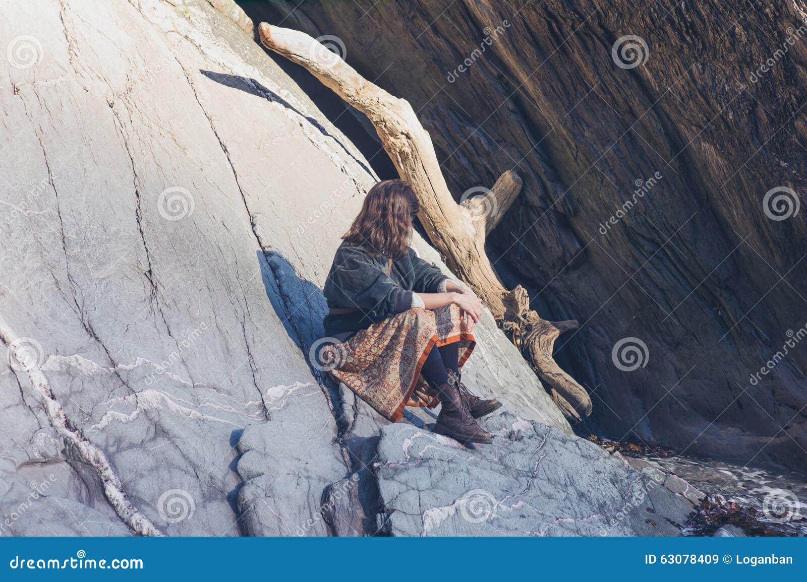Download Jeune Femme Détendant Sur La Roche En Nature Image stock - Image du course, jour: 63078409