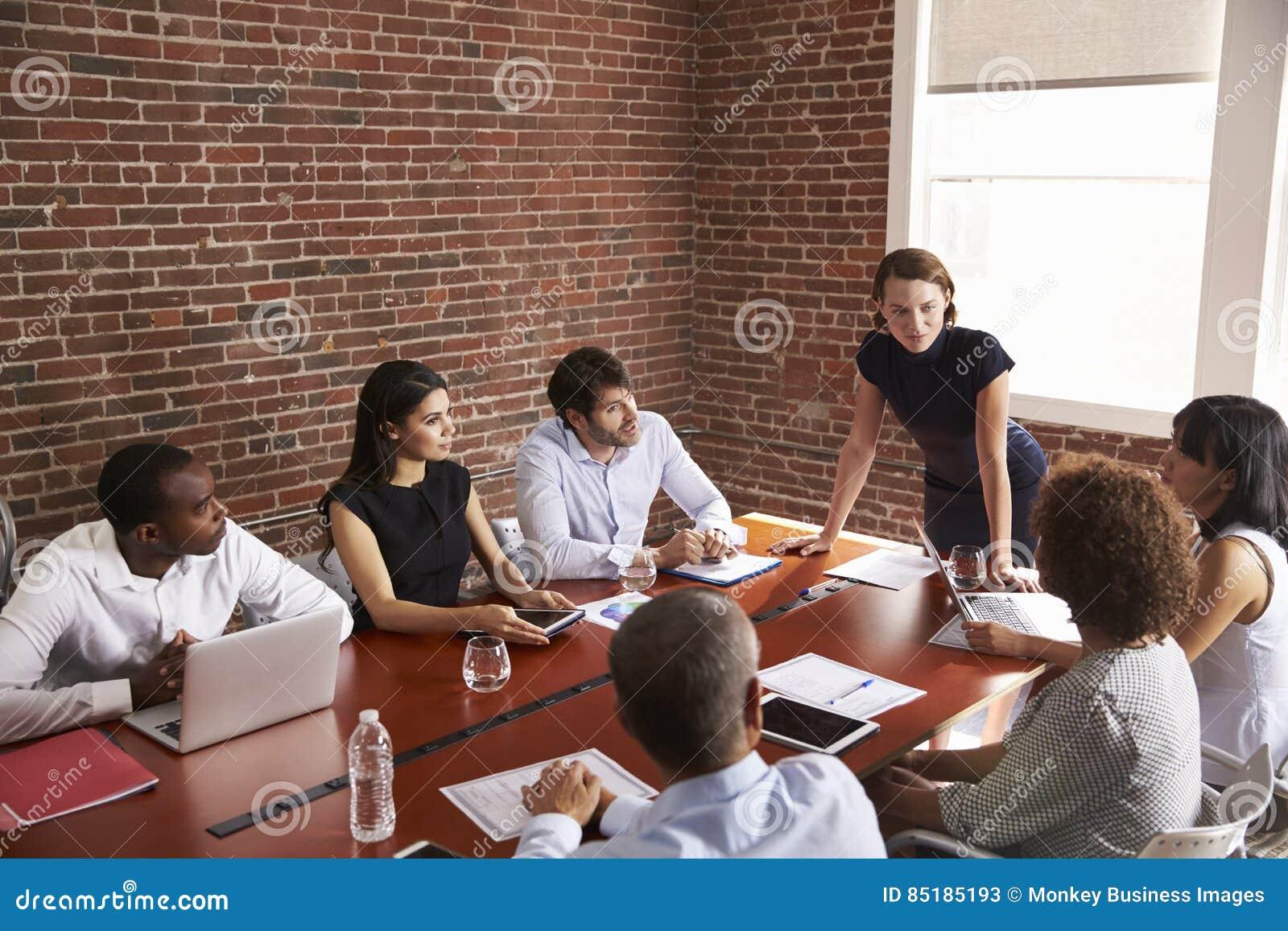 Jeune femme d affaires Addressing Boardroom Meeting