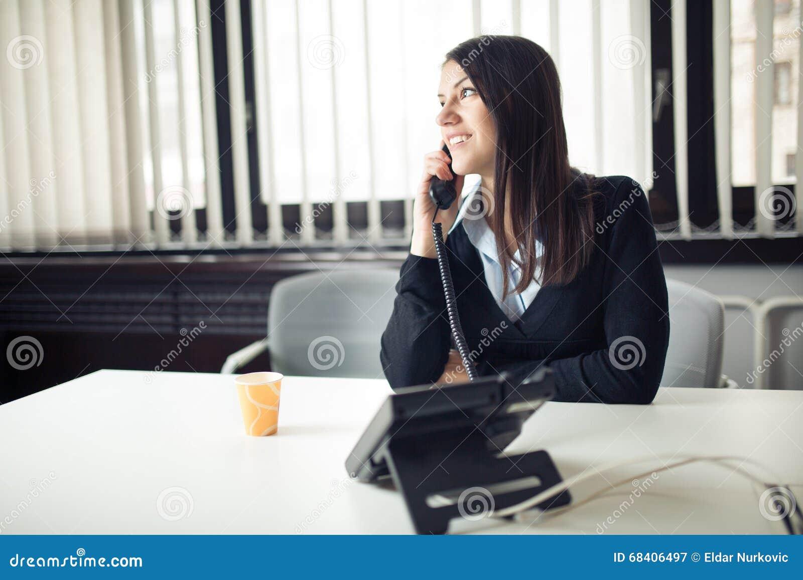 Jeune femme d affaires appelant et communiquant avec des associés Représentant de service client au téléphone