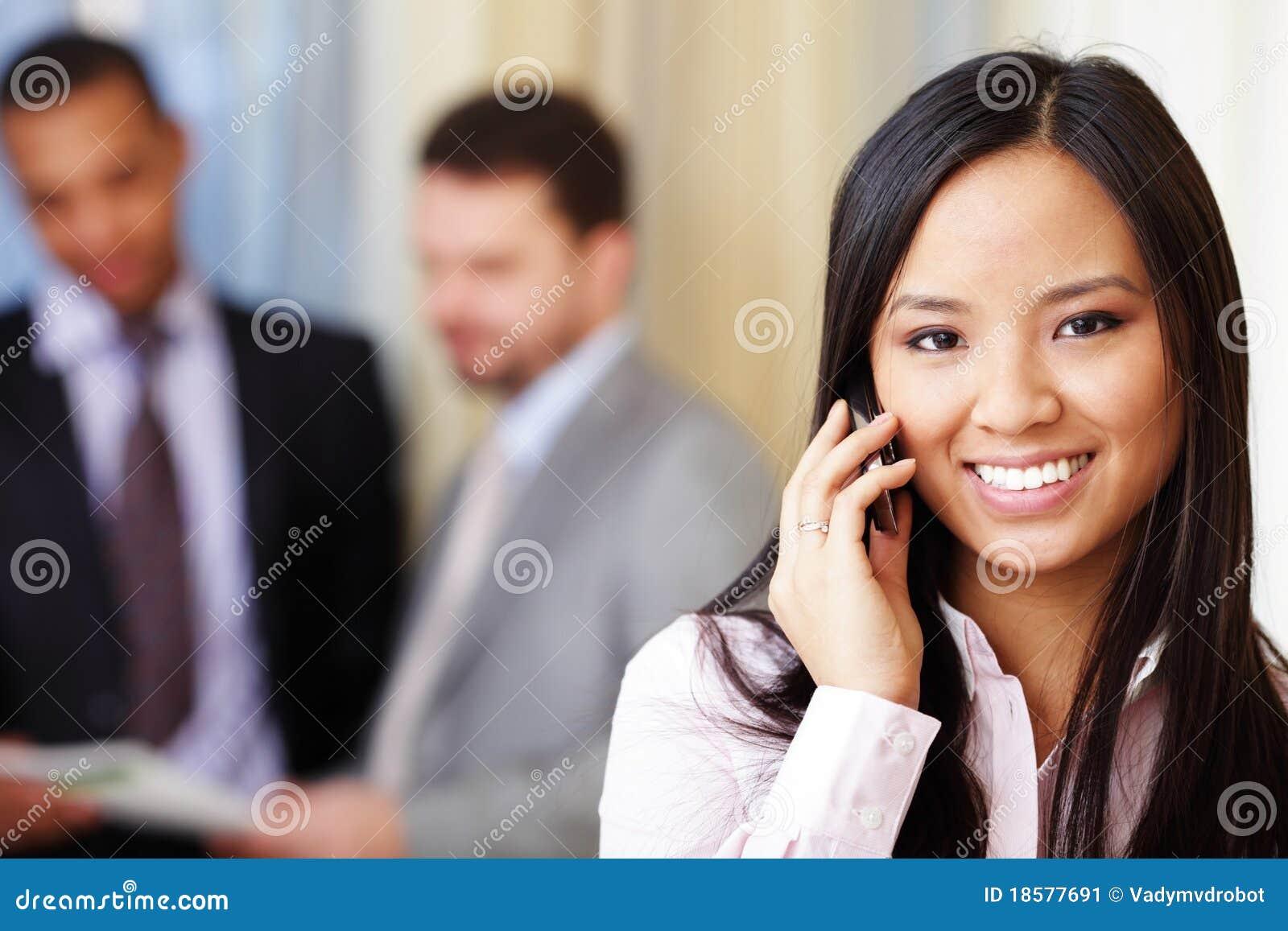 Jeune femme d affaires asiatique au téléphone