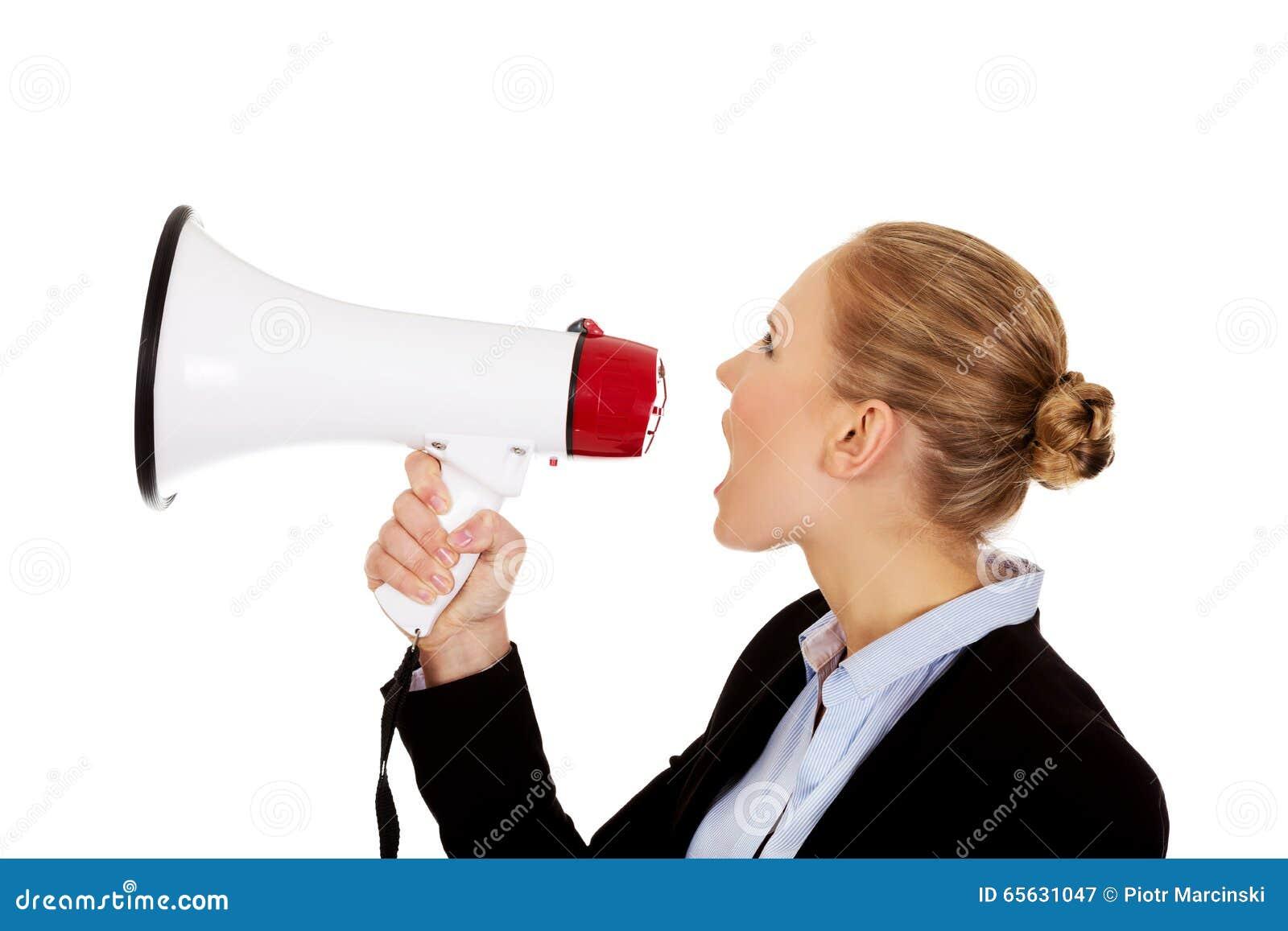 Jeune femme d affaires criant par le mégaphone