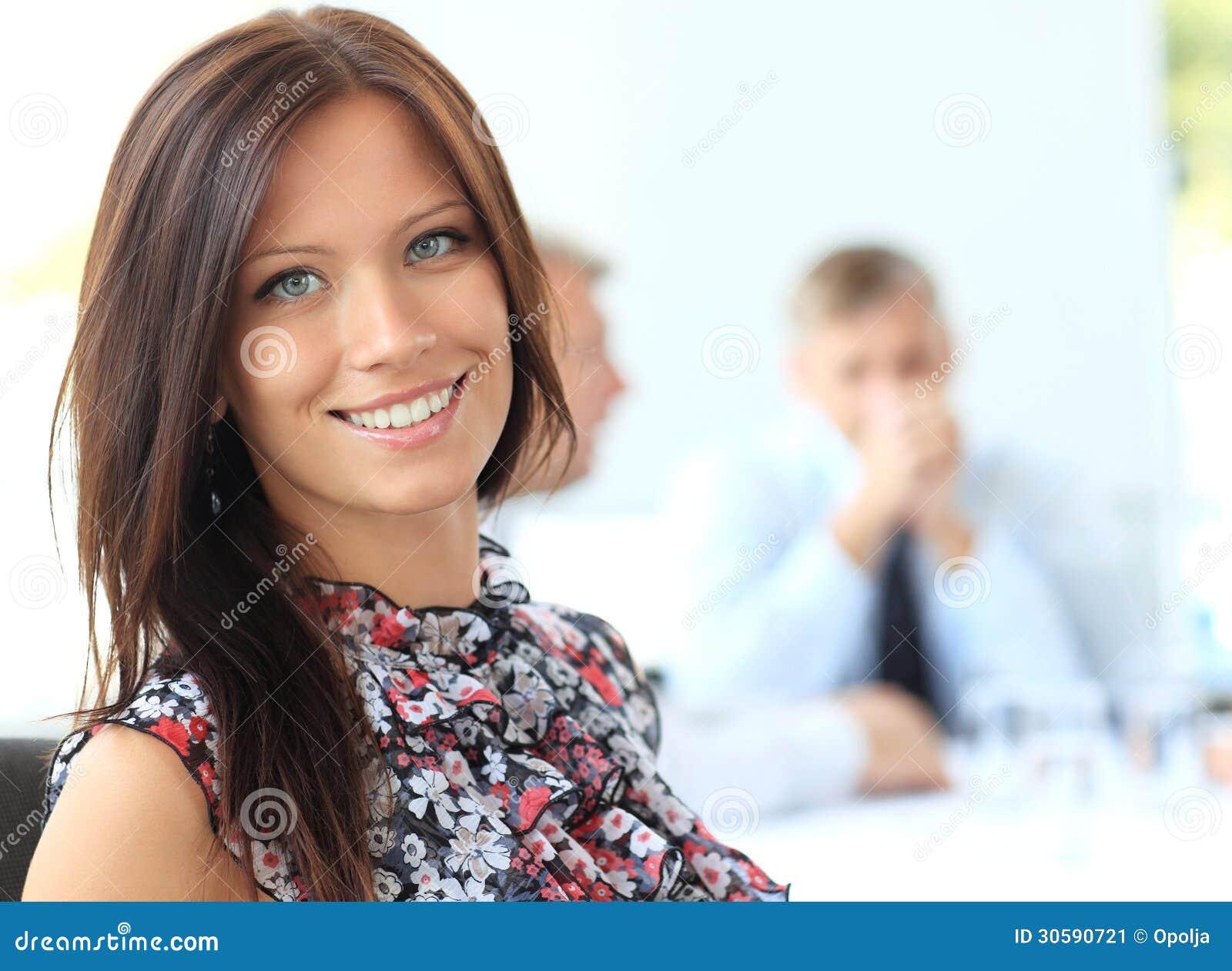 Jeune femme d affaires dans un bureau