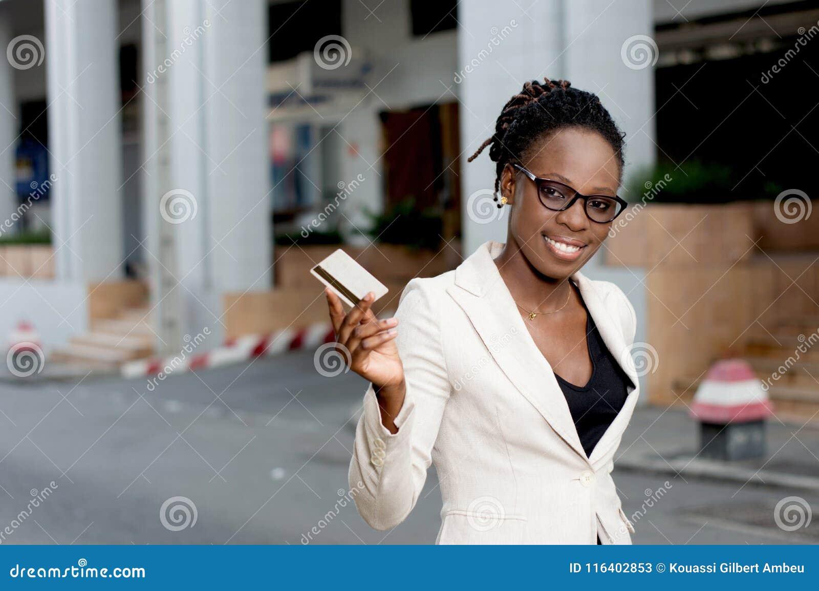 Jeune femme d affaires souriant tenant une carte de crédit