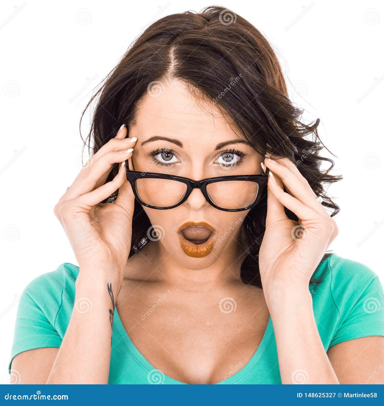 Jeune femme d affaires tenant des verres semblant choqu?s