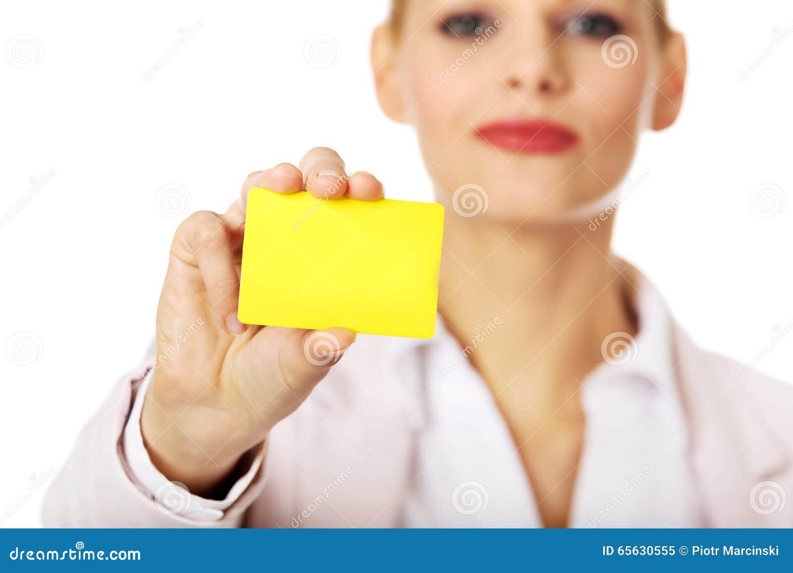 Jeune femme d affaires tenant la petite carte de papier vide