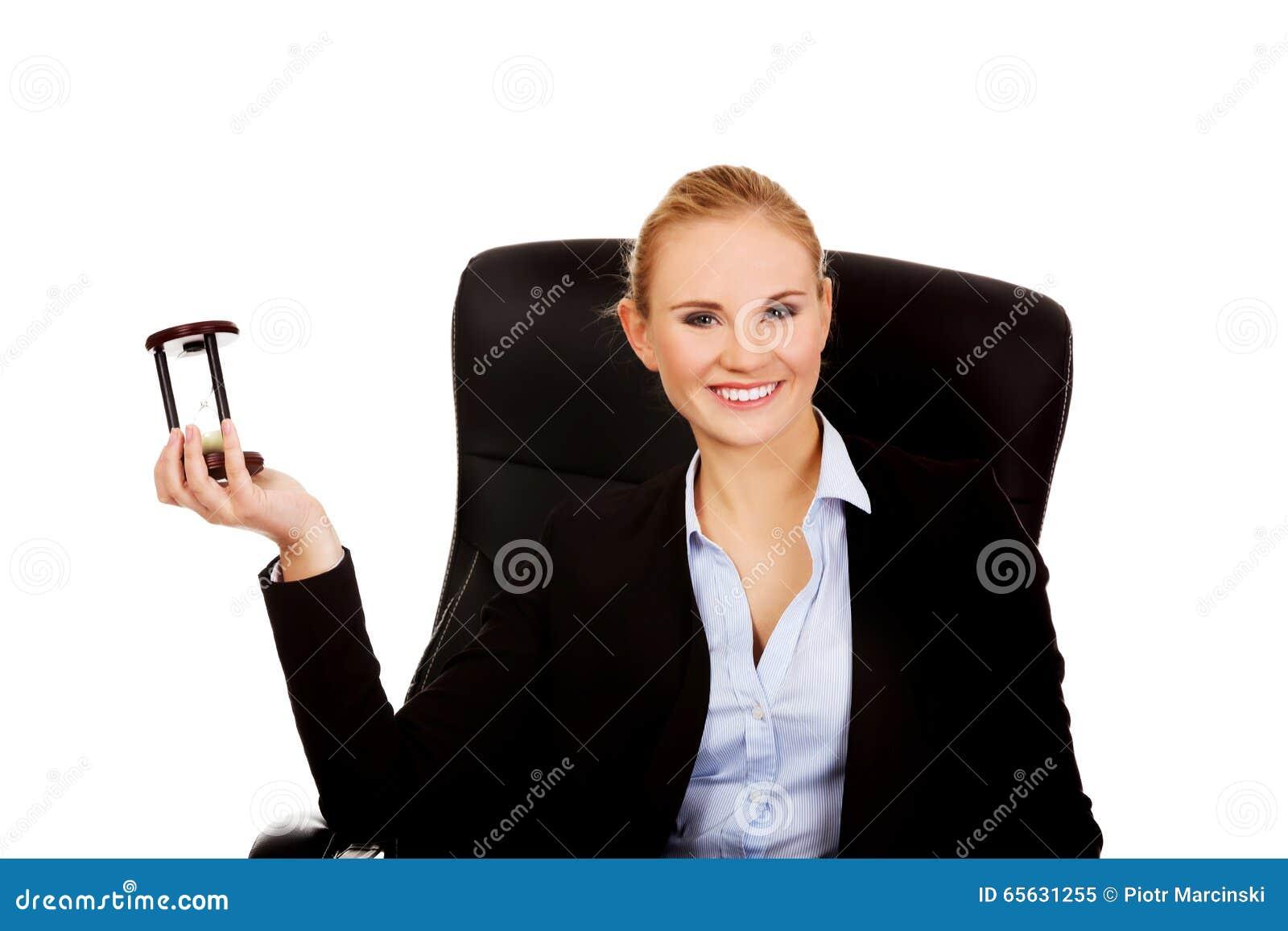 Jeune femme d affaires tenant un sablier