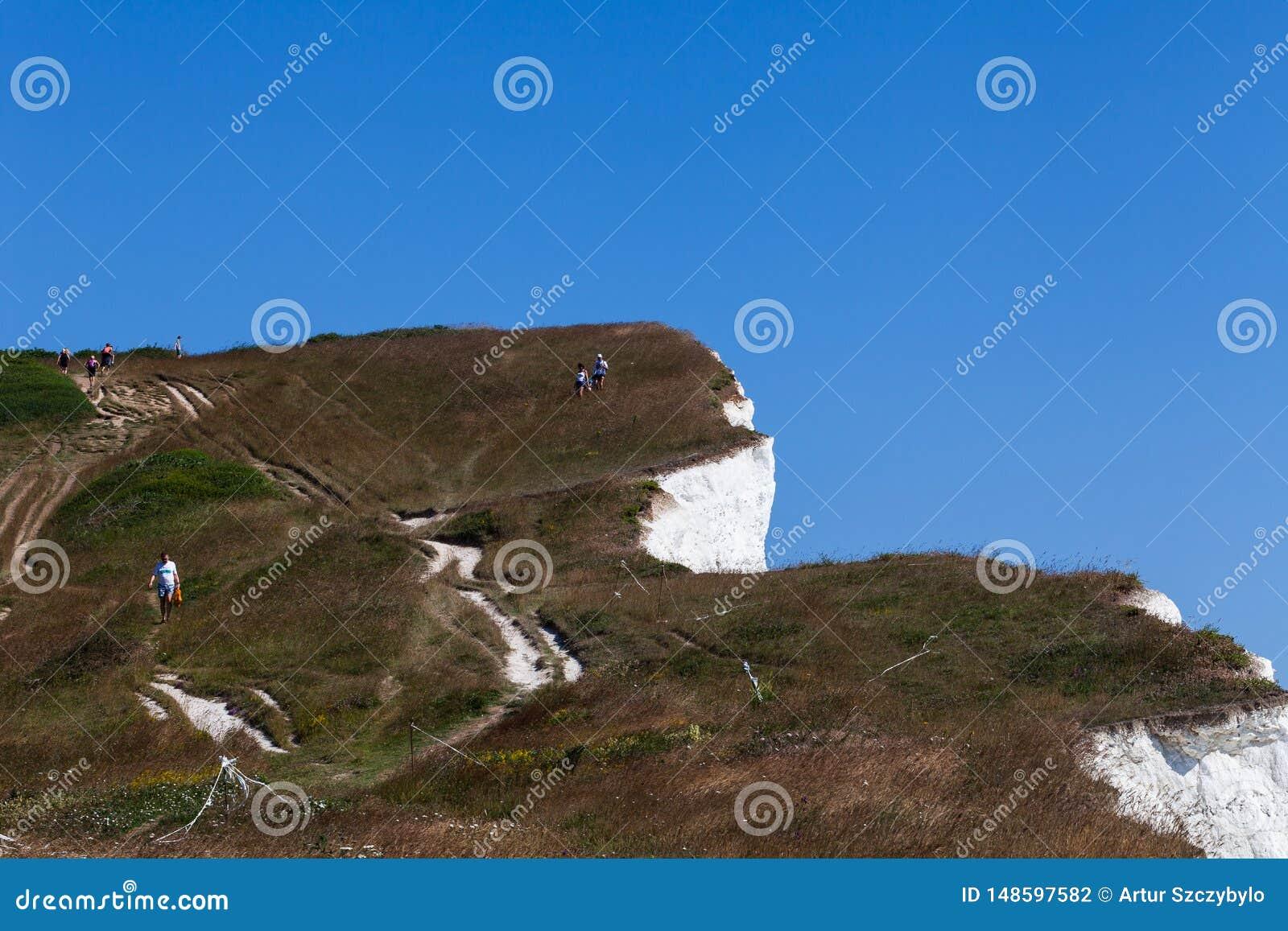 Jeune femme d homme de couples descendant la surface de falaise Deux personnes se tenant sur la roche appr?ciant la r?cr?ation de
