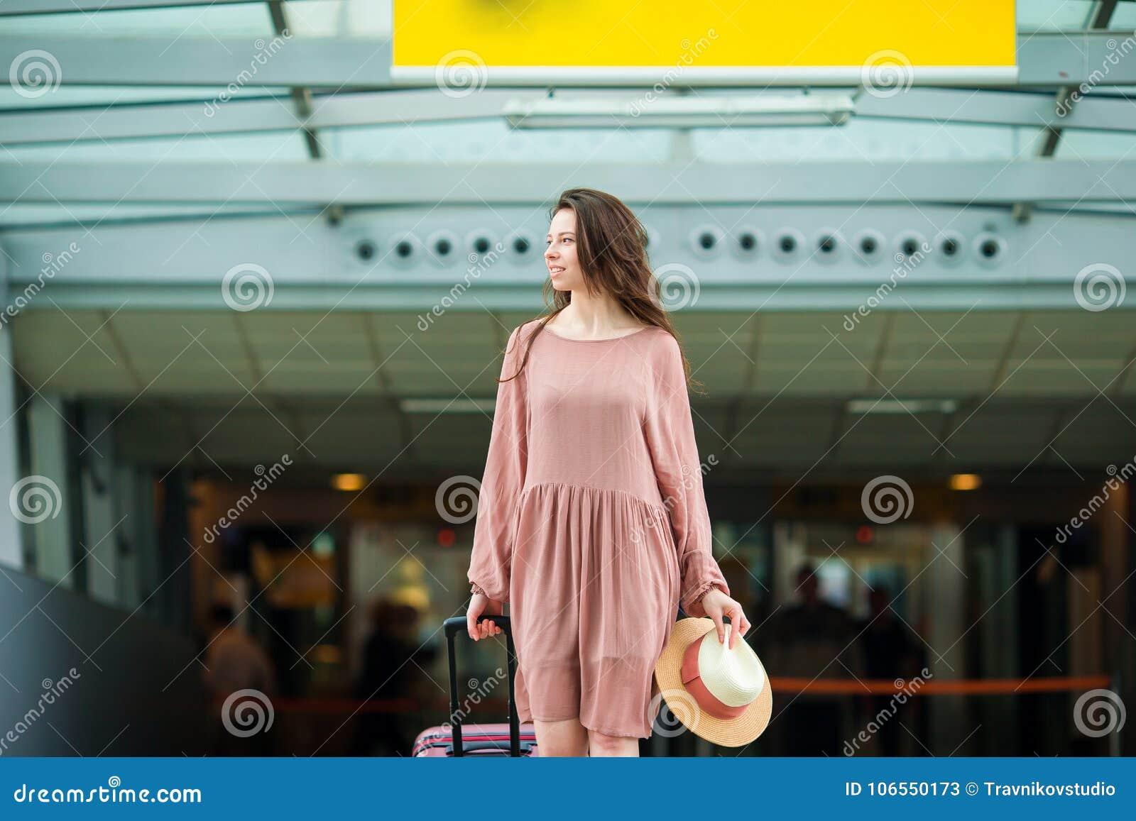 Jeune femme dans l aéroport international