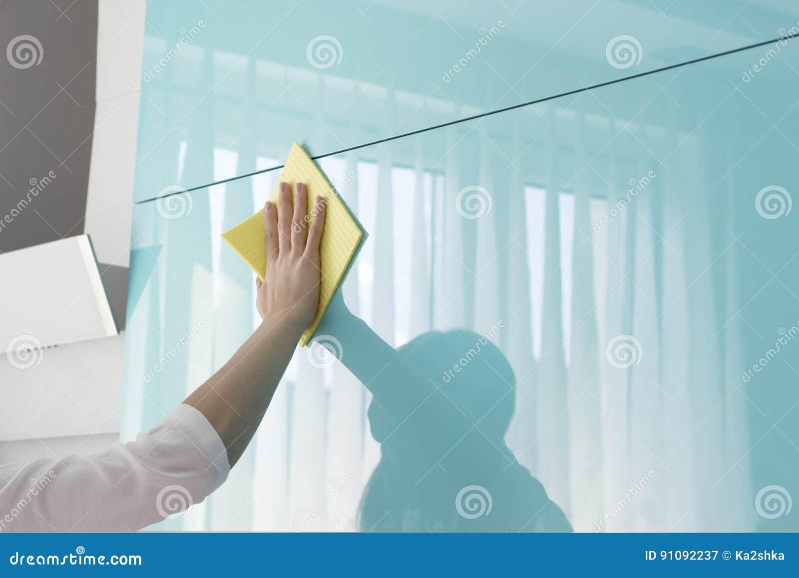 Nettoyer Les Placards De Cuisine jeune femme dans la cuisine faisant des placards de