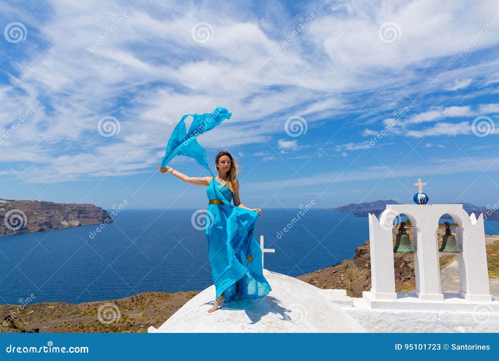 Jeune femme dans la robe bleue