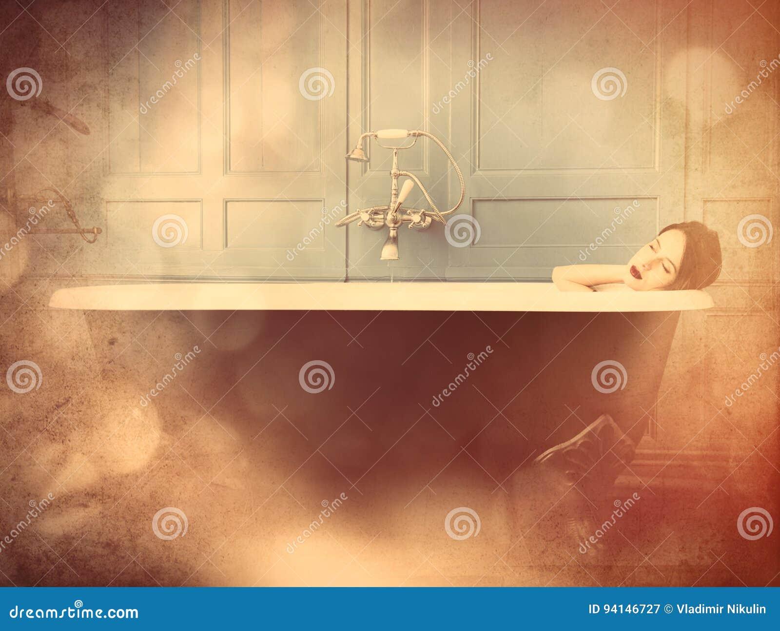 Jeune femme dans le bain
