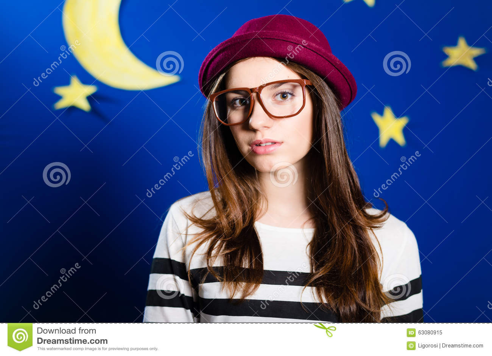 Download Jeune Femme Dans Le Chapeau De Pot Avec La Lune Et Les étoiles De Papier Image stock - Image du chapeau, grand: 63080915