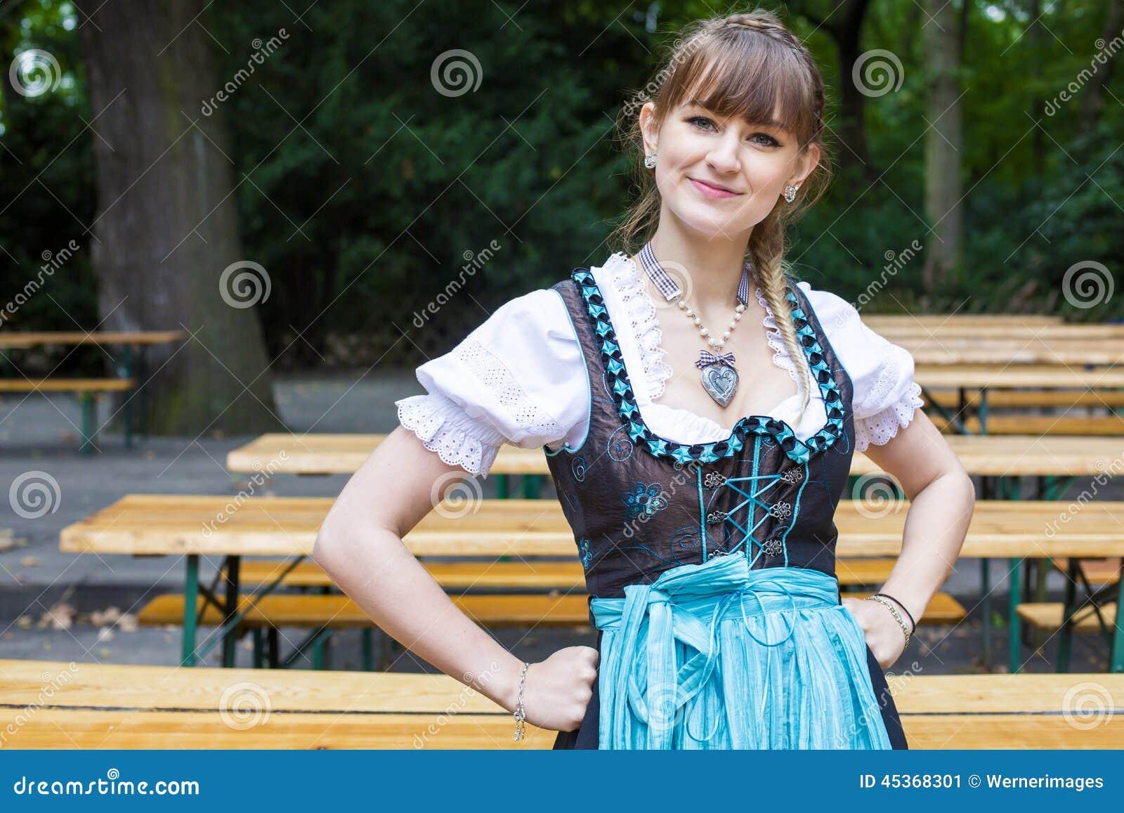 Jeune femme dans le dirndl