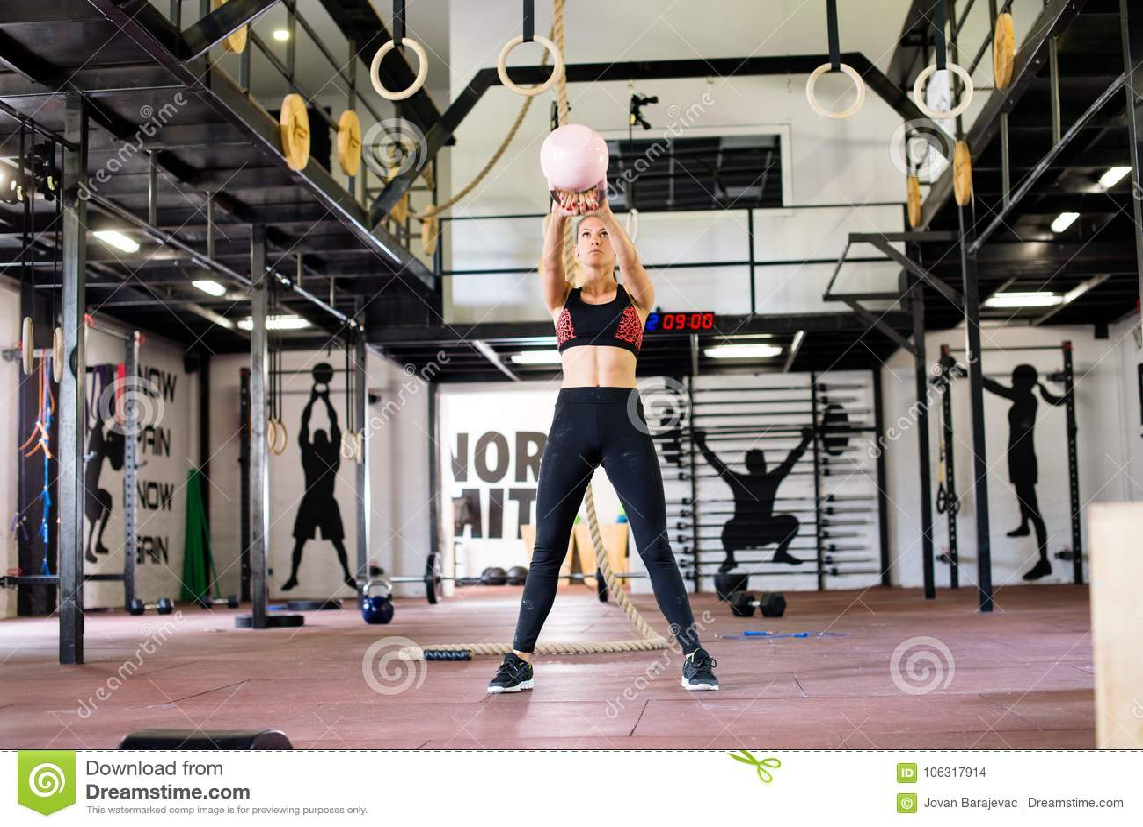 Jeune femme dans le gymnase, exercice avec le kettlebell