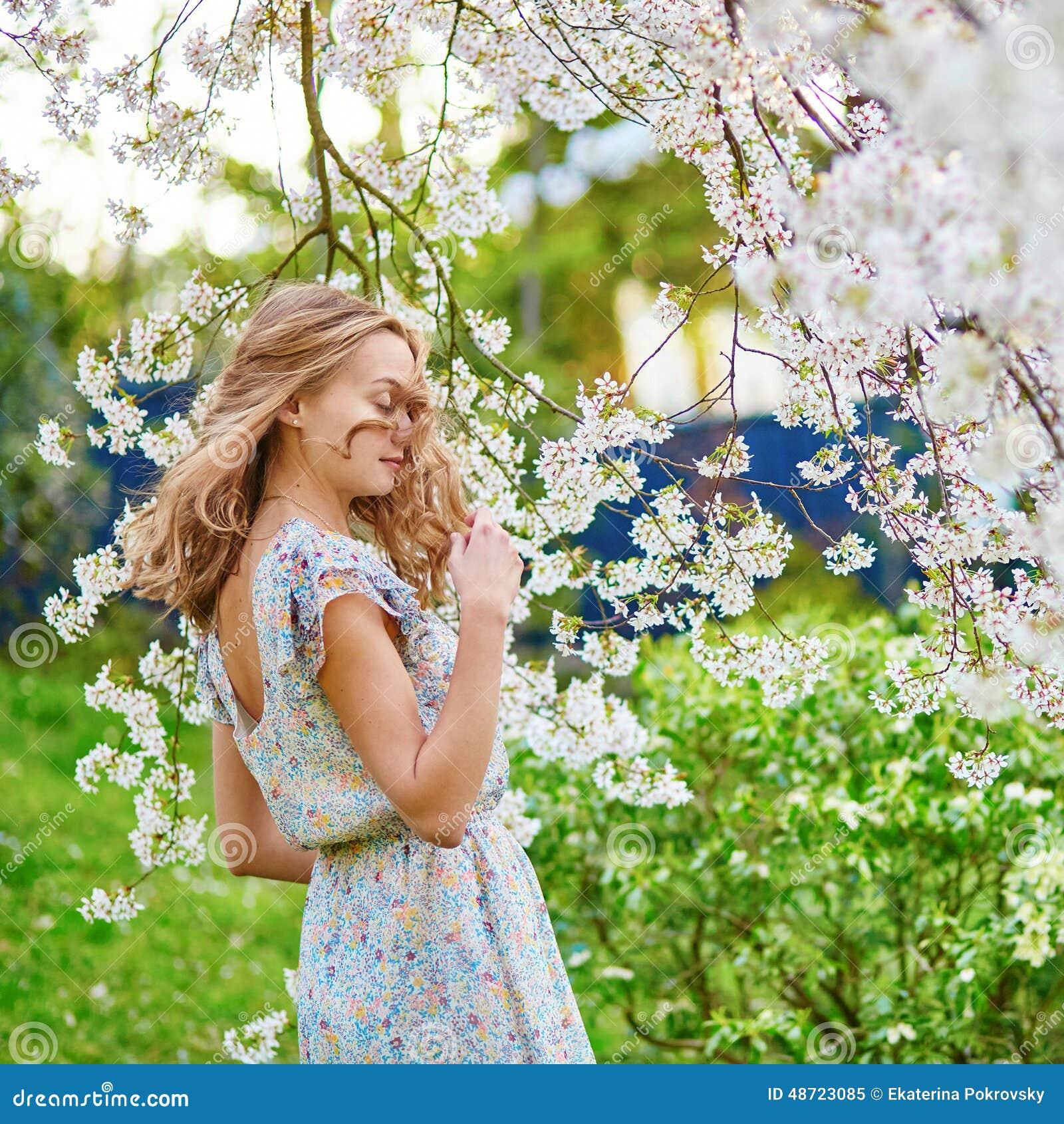 Jeune femme dans le jardin de fleurs de cerisier photo for Fleurs dans le jardin