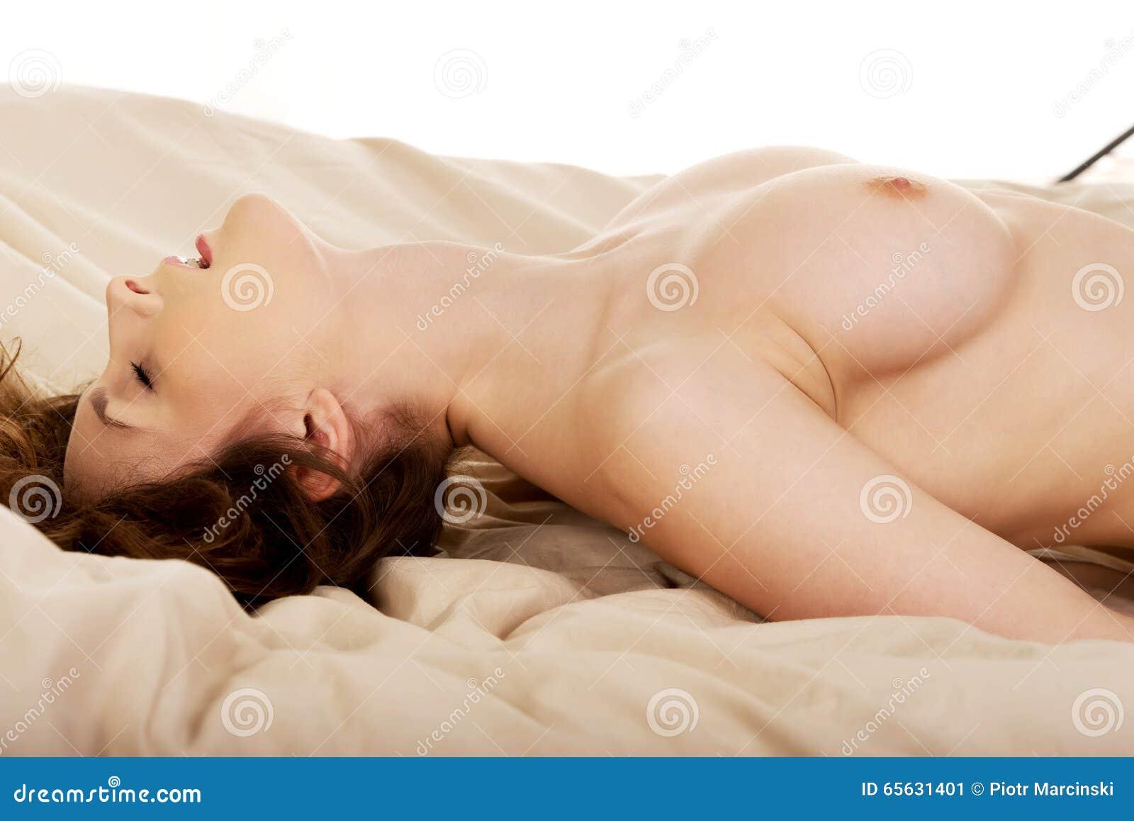 Jeune femme dans le lit obtenant l orgasme