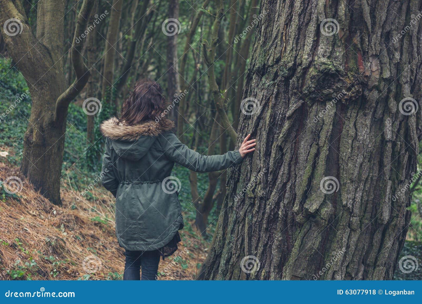 Download Jeune Femme Dans Le Manteau D'hiver Par L'arbre Photo stock - Image du méditation, calme: 63077918