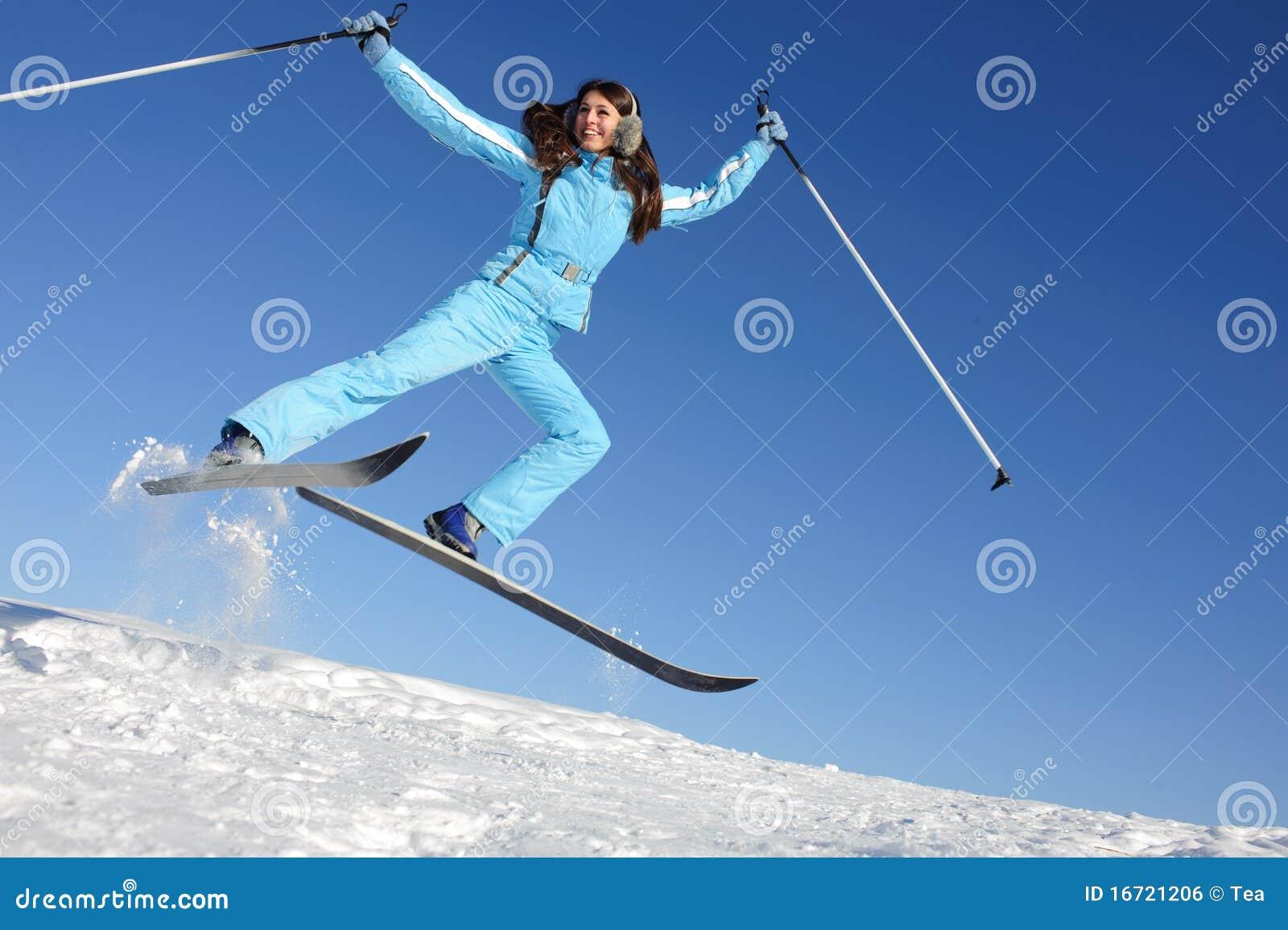 Jeune femme dans le procès de ski