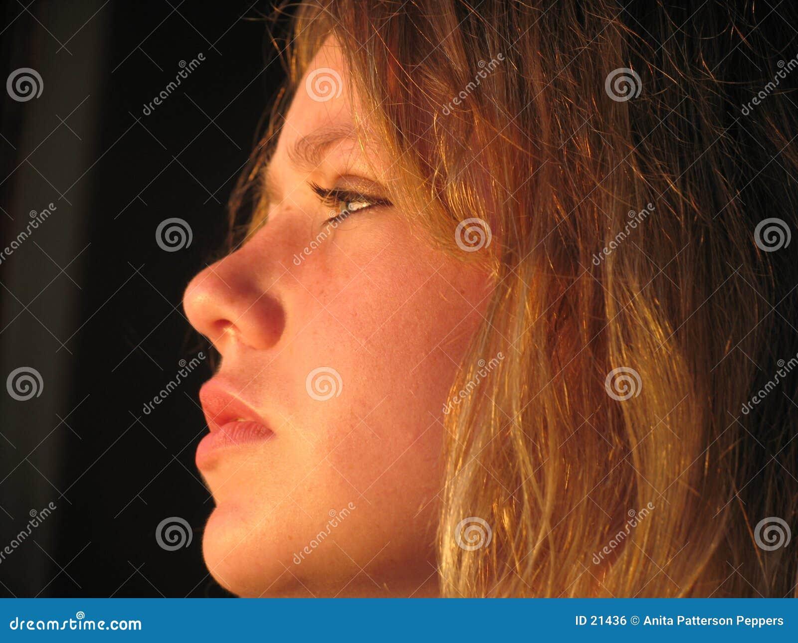 Jeune femme dans le profil