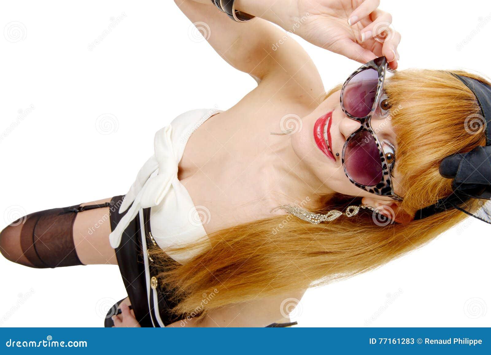 Jeune femme dans le rétro style avec des lunettes de soleil