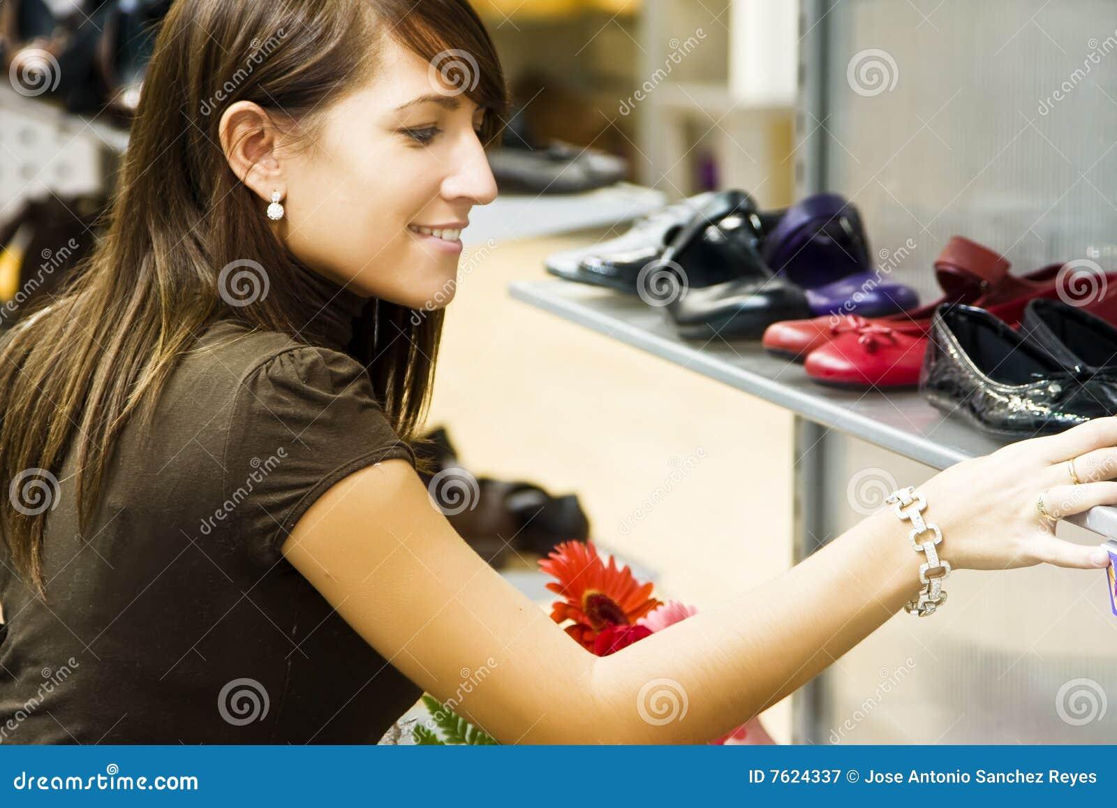 Jeune femme dans le système de chaussure
