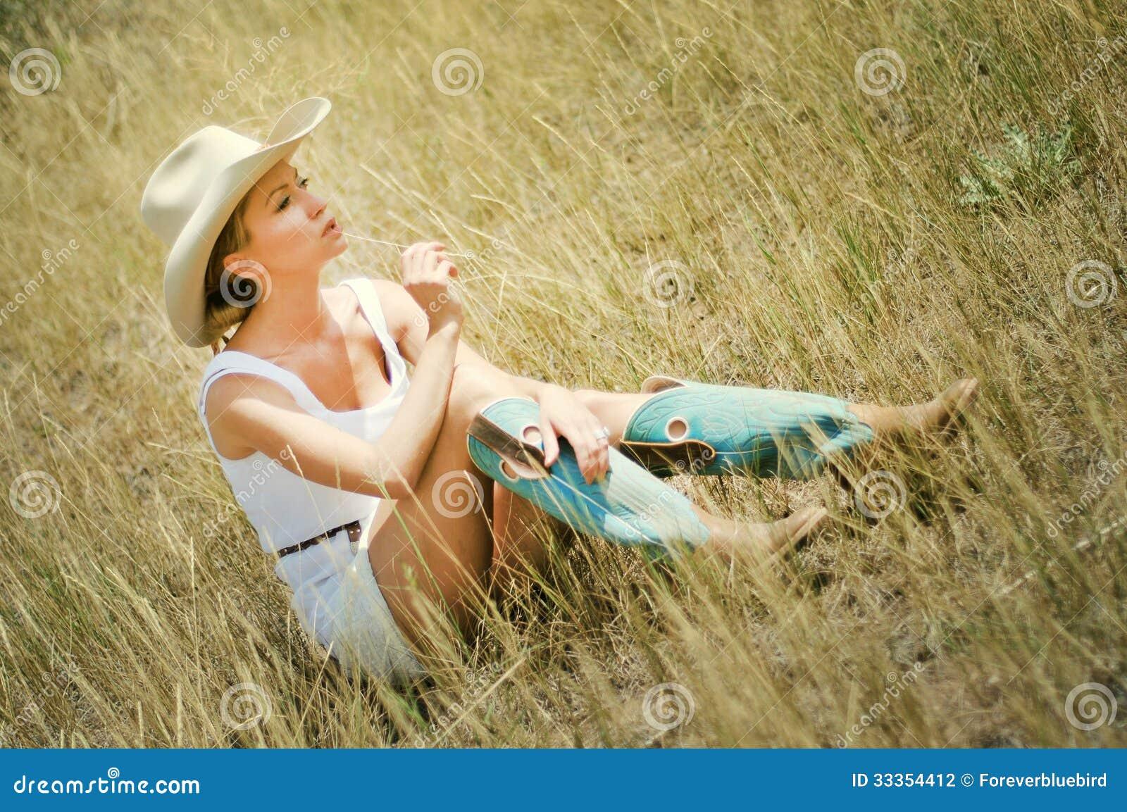 jeune femme dans un chapeau et des bottes de cowboy photographie stock image 33354412. Black Bedroom Furniture Sets. Home Design Ideas