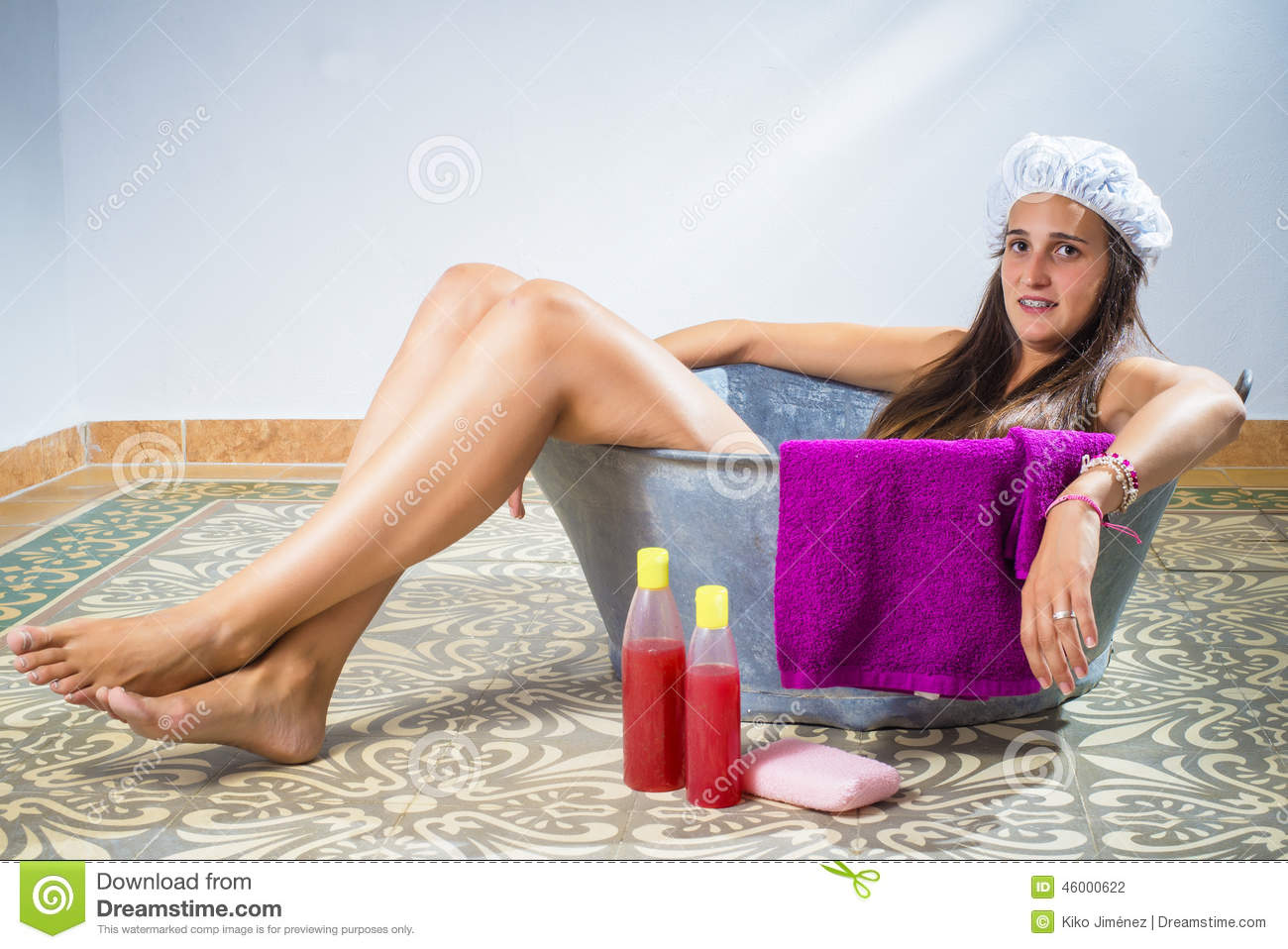 jeune femme dans une vieille baignoire photo stock image 46000622. Black Bedroom Furniture Sets. Home Design Ideas