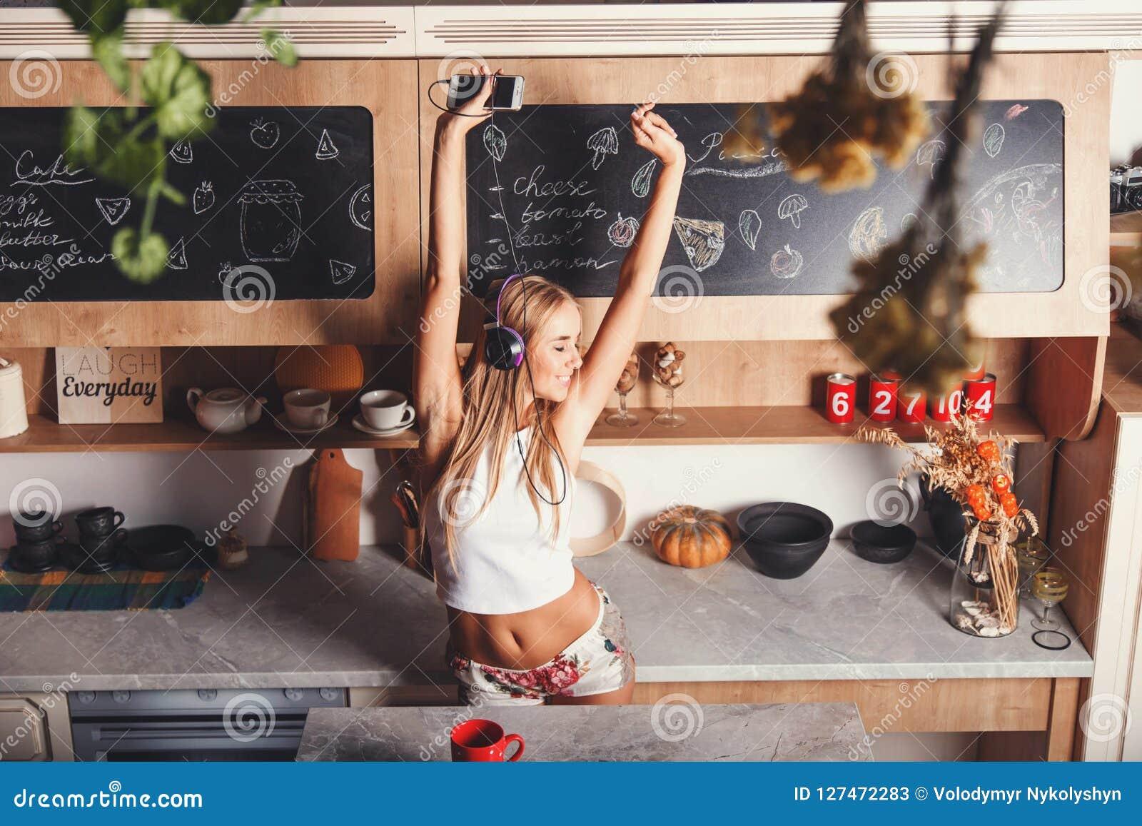 Jeune femme Dansing et sauter