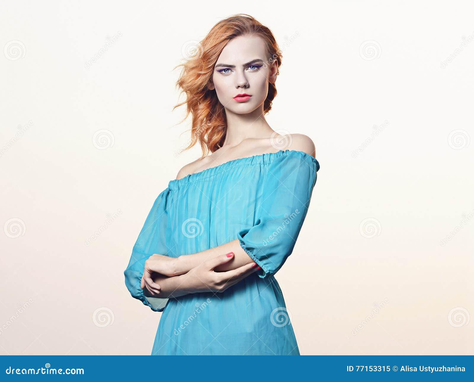 Jeune femme de Beauitiful dans la robe bleue