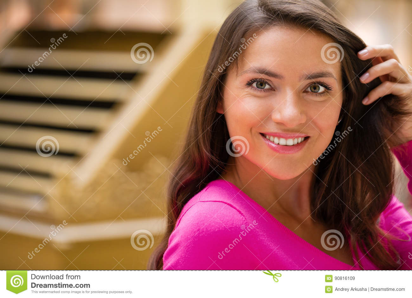 Jeune femme de brune