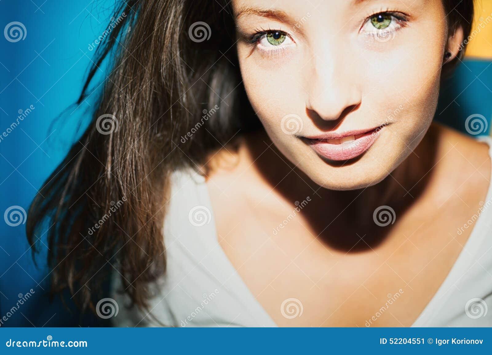 jeune femme de brune avec les yeux verts image stock