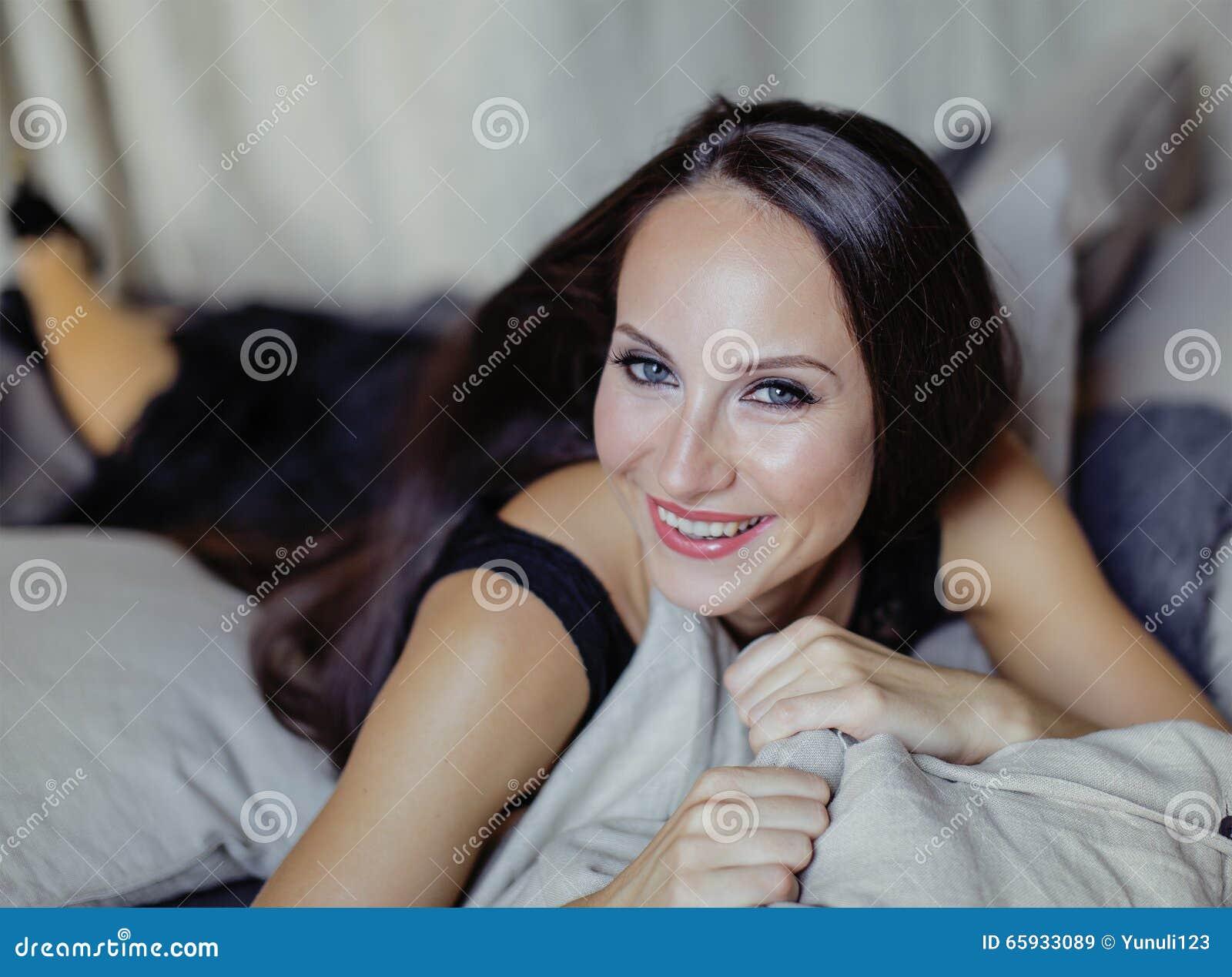 Jeune femme de brune de beauté dans l intérieur à la maison de luxe, élégant gris de chambre à coucher féerique
