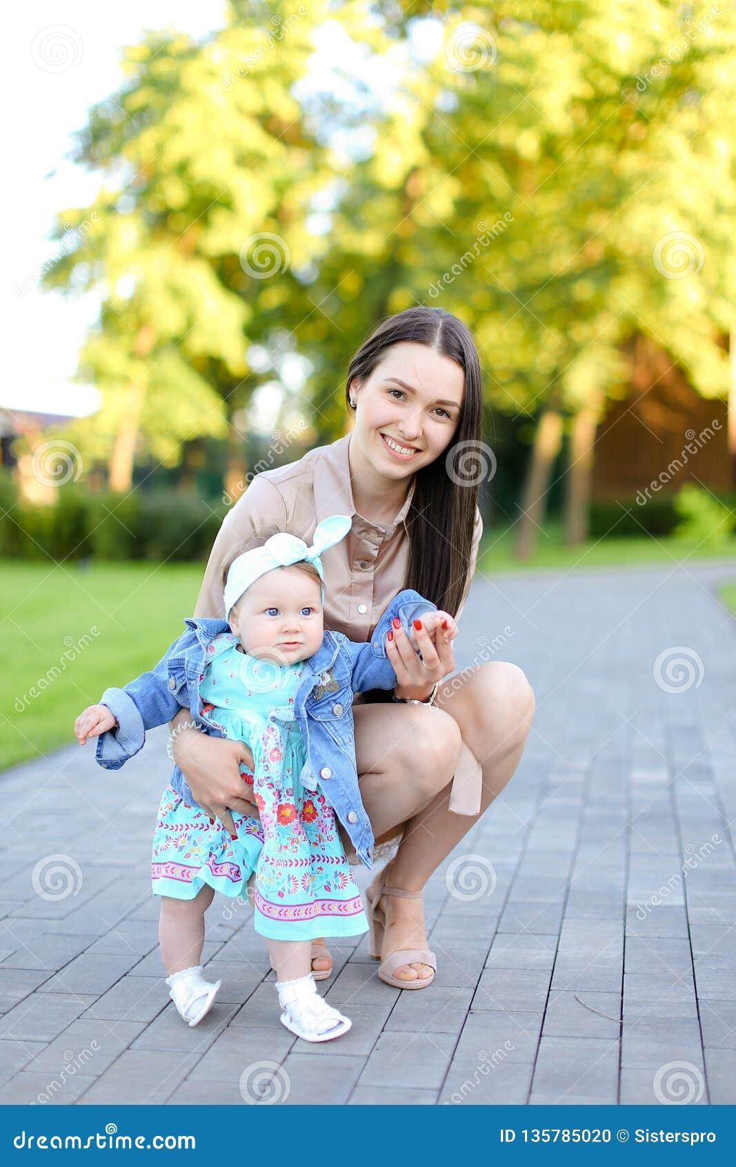 Jeune femme de brune marchant avec peu de fille en parc