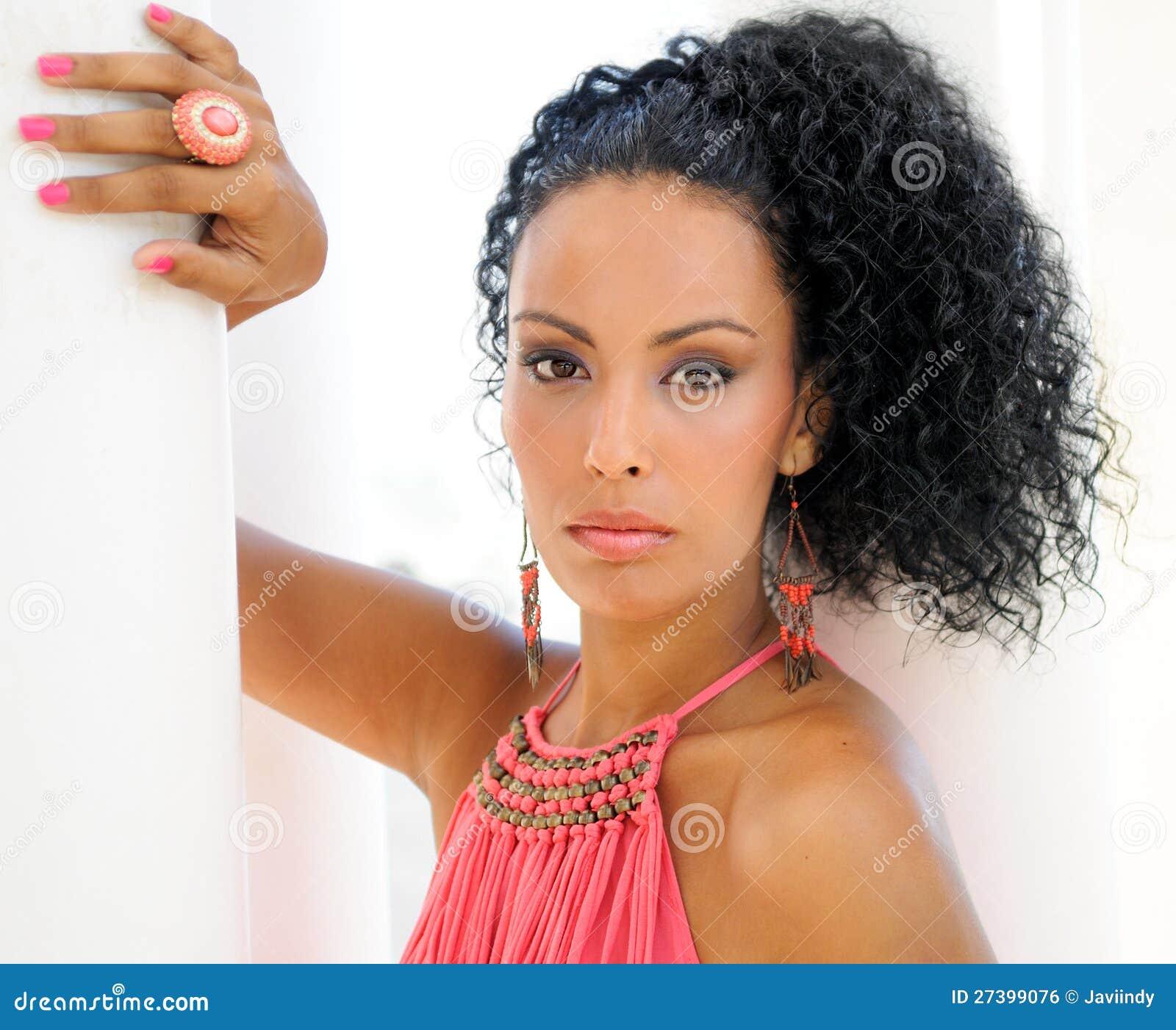 Jeune femme de couleur, modèle de mode,
