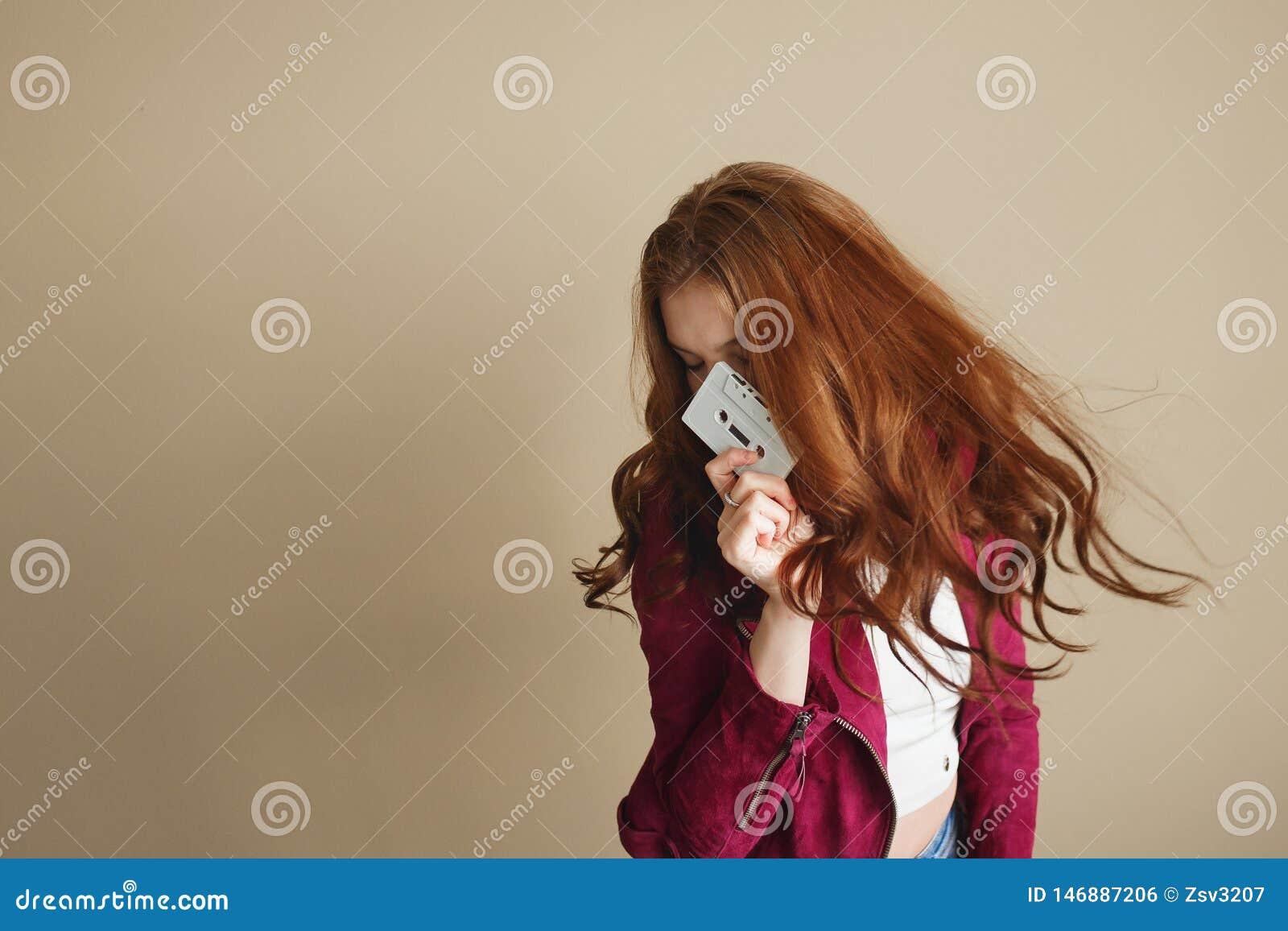 Jeune femme de hippie avec la rétro cassette sonore blanche Concept de la partie 90s