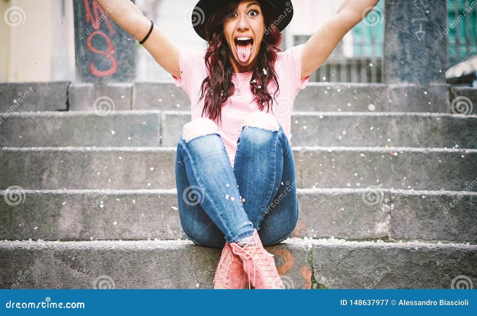 Jeune femme de hippie ayant les confettis de lancement d amusement avec ses mains - jolie fille heureuse c?l?brant son gratuation