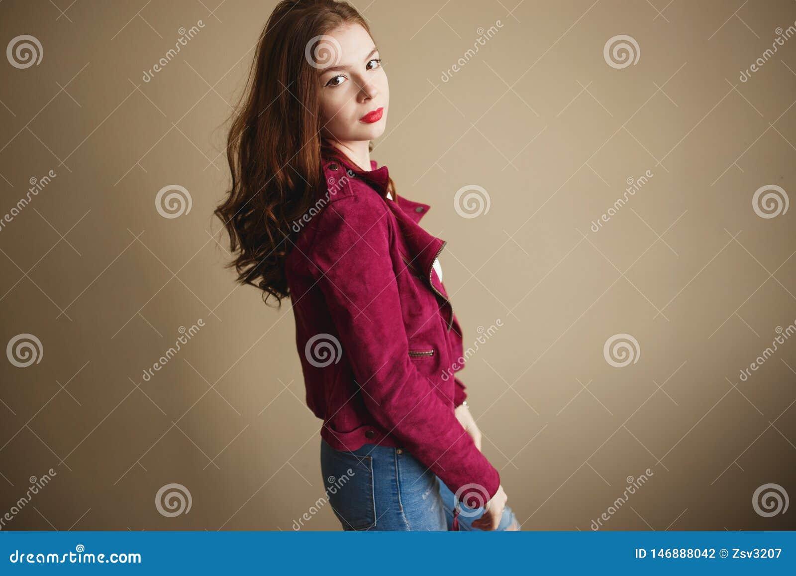 Jeune femme de hippie v?tue dans la veste magenta Beaux yeux, longs cheveux boucl?s bruns