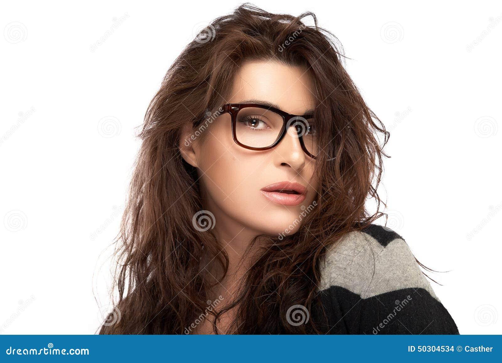 65dcdcf898aec Jeune femme de mode de beauté portant les lunettes à la mode E à la mode
